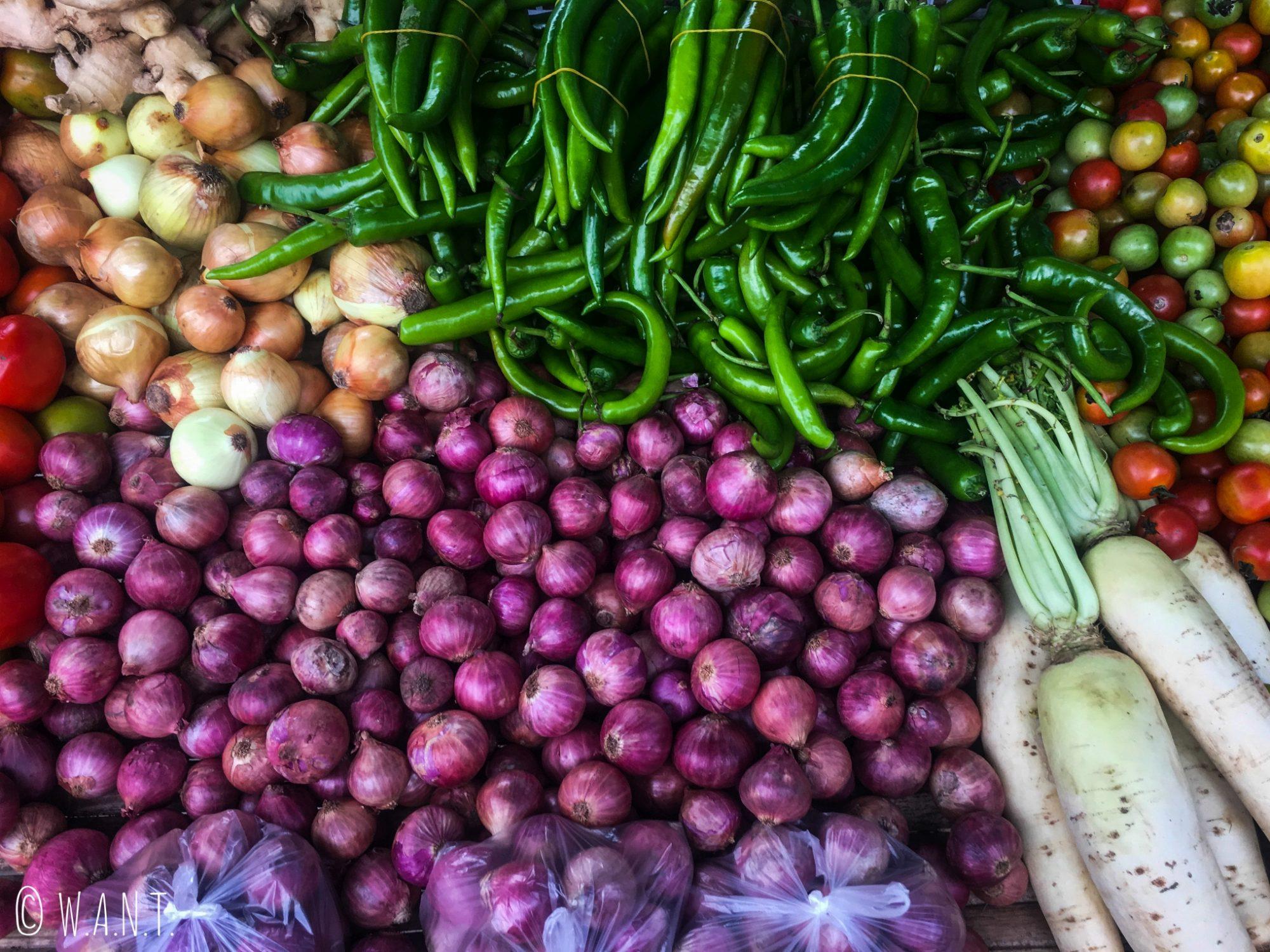 Gros plan sur un étal de légumes du marché local de Pai