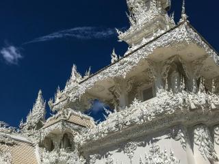 Gros plan sur une partie de l'édifice du White Temple de Chiang Rai