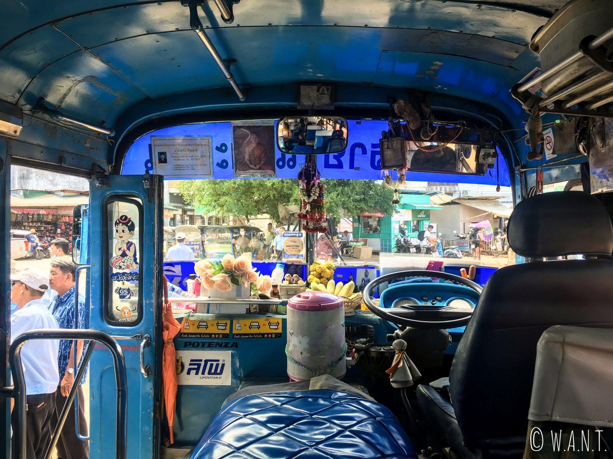 Intérieur du bus local nous conduisant de la gare de bus de Chiang Rai au White Temple
