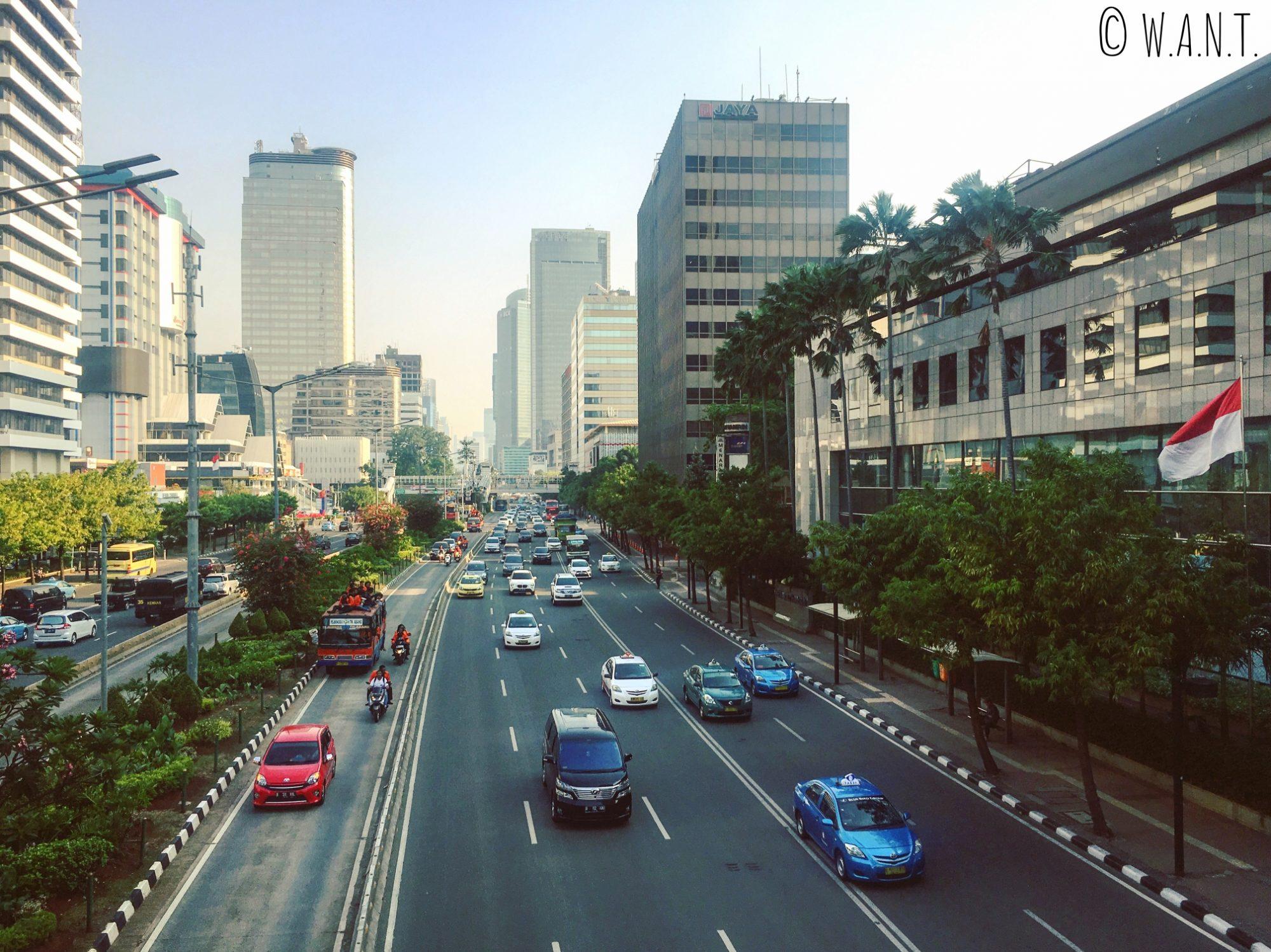 La circulation est intense de jour comme de nuit à Jakarta