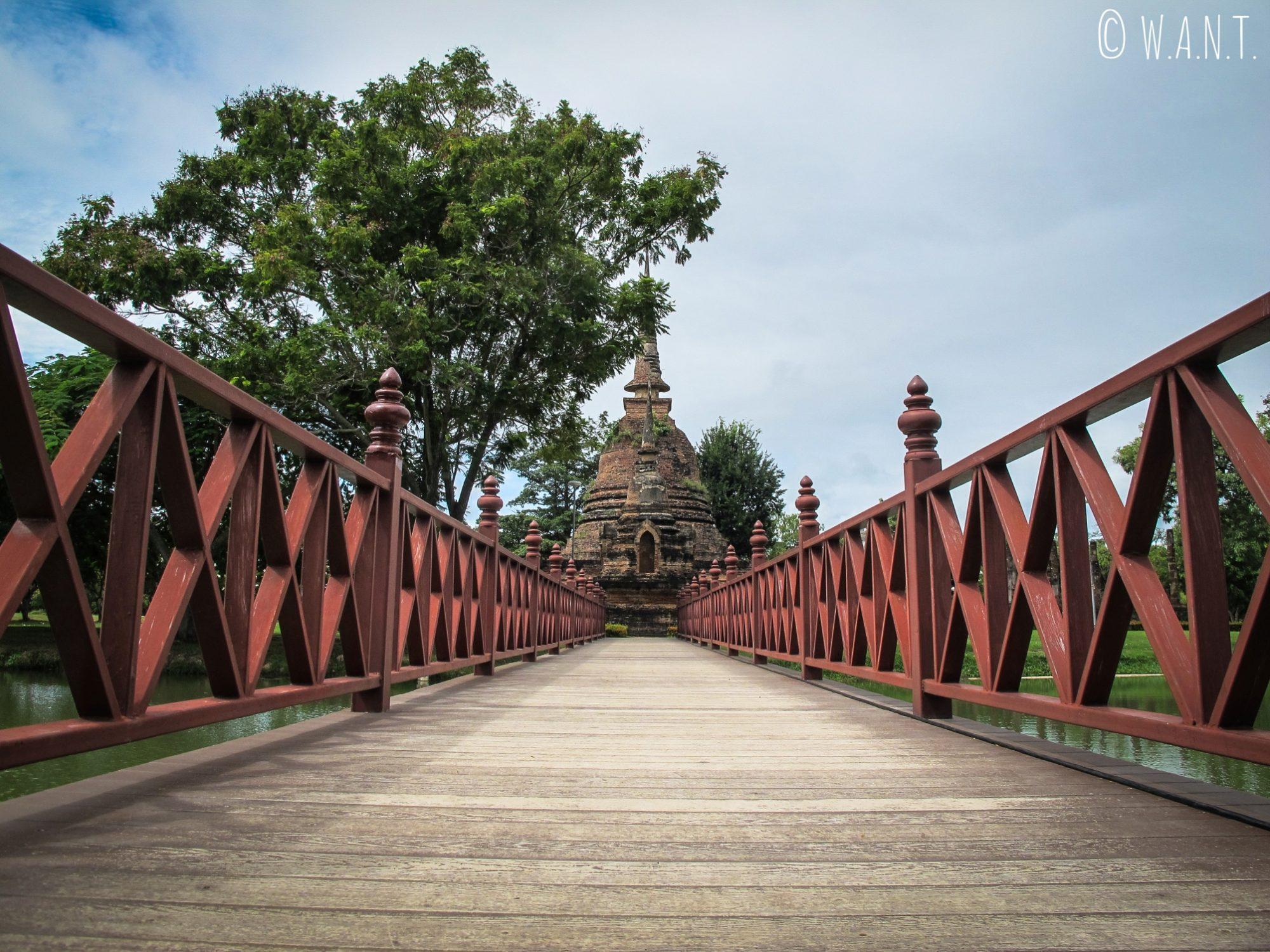 L'accès au Wat Sa Si de Sukhothai se fait par un pont en bois