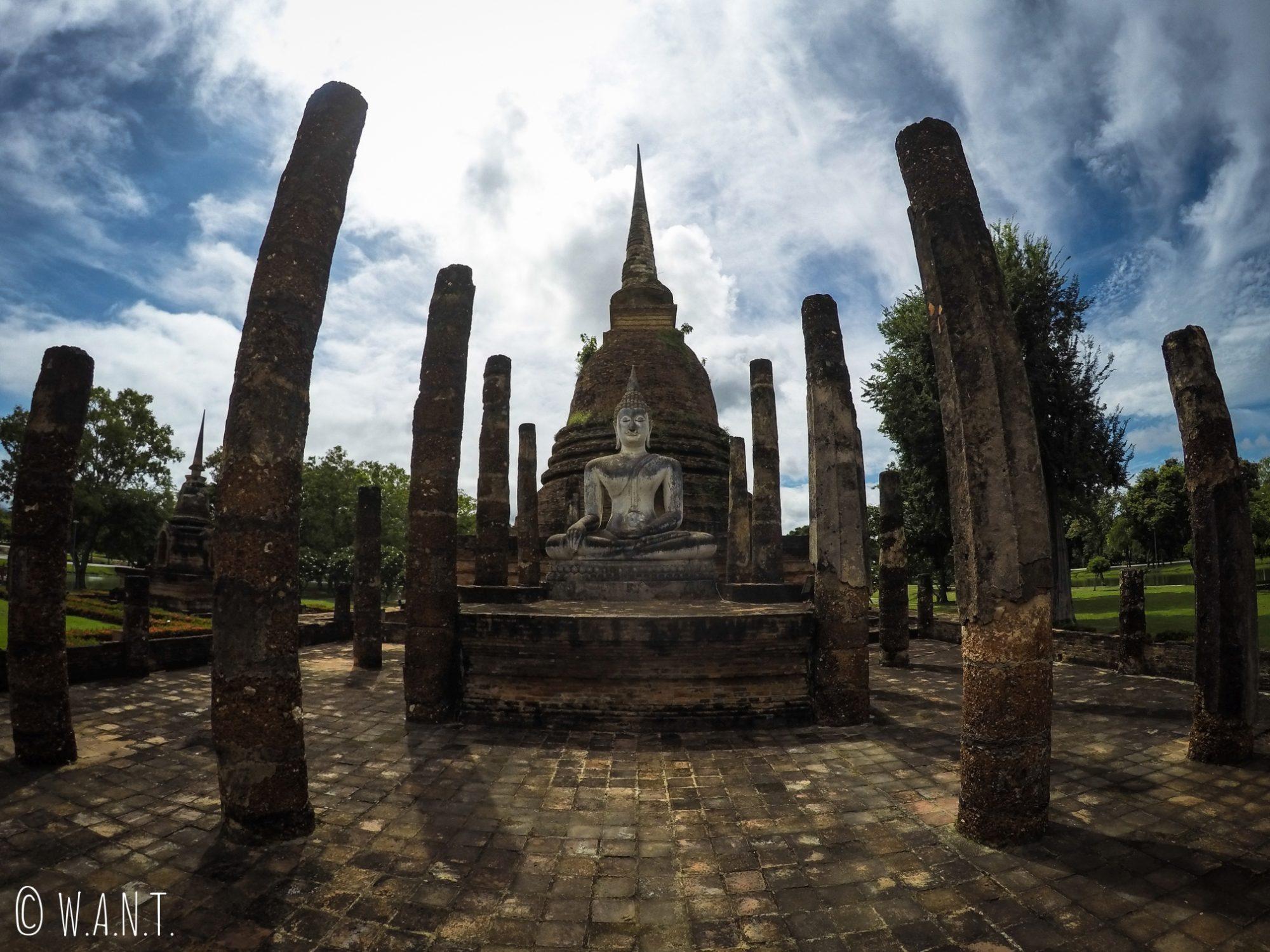 Le Wat Sa Si est un temple de la zone centrale de Sukhothai