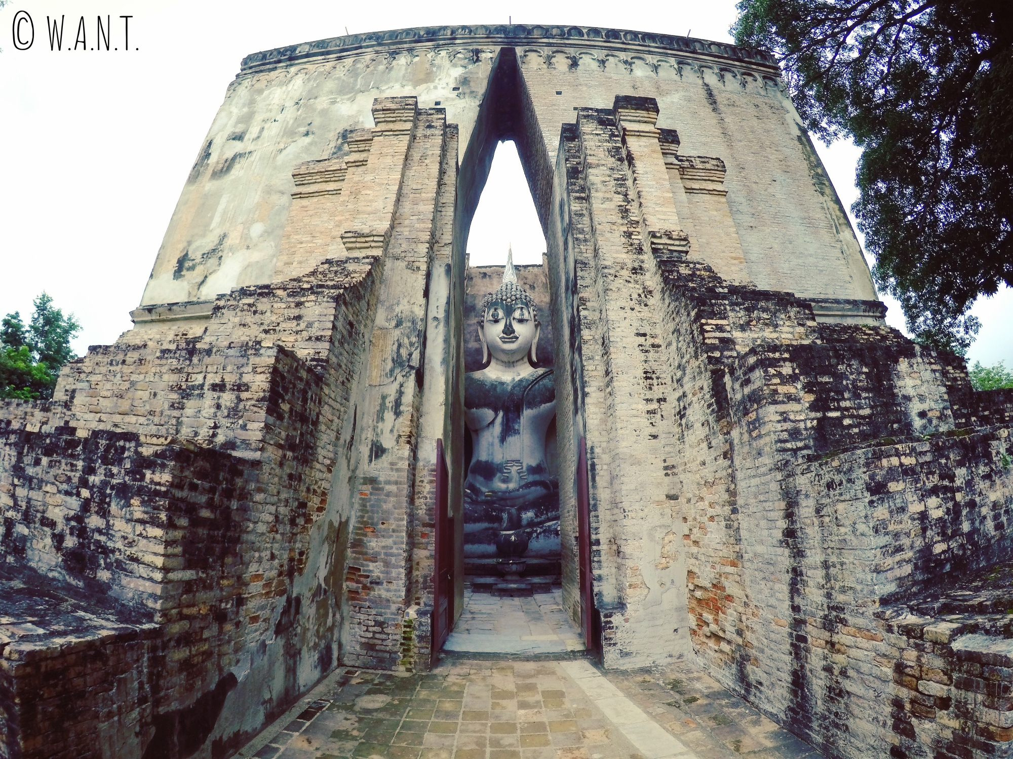Le Wat Si Chum est un temple incontournable de la zone nord à Sukhothai