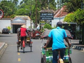Le becak est un moyen de déplacement spécifique à l'île de Java