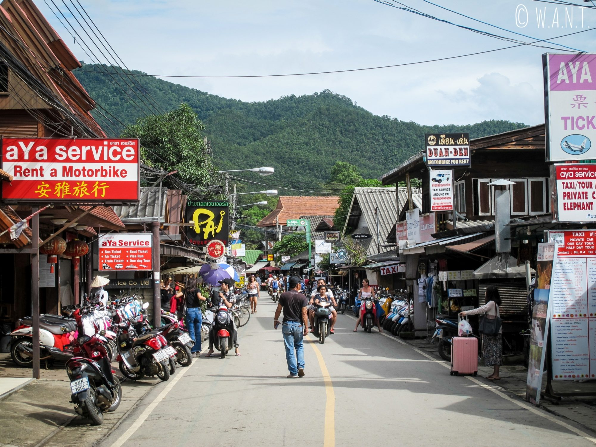 L'une des rues principales de la petite ville de Pai en milieu de journée