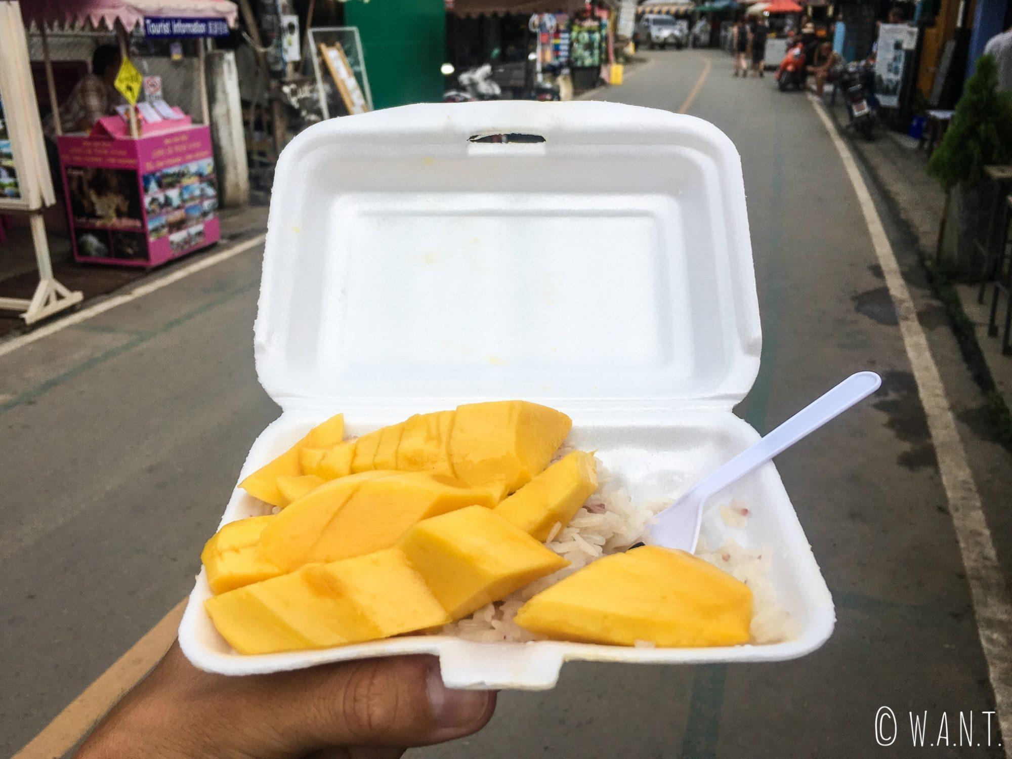 Mango sticky rice dégusté dans les rues de Pai