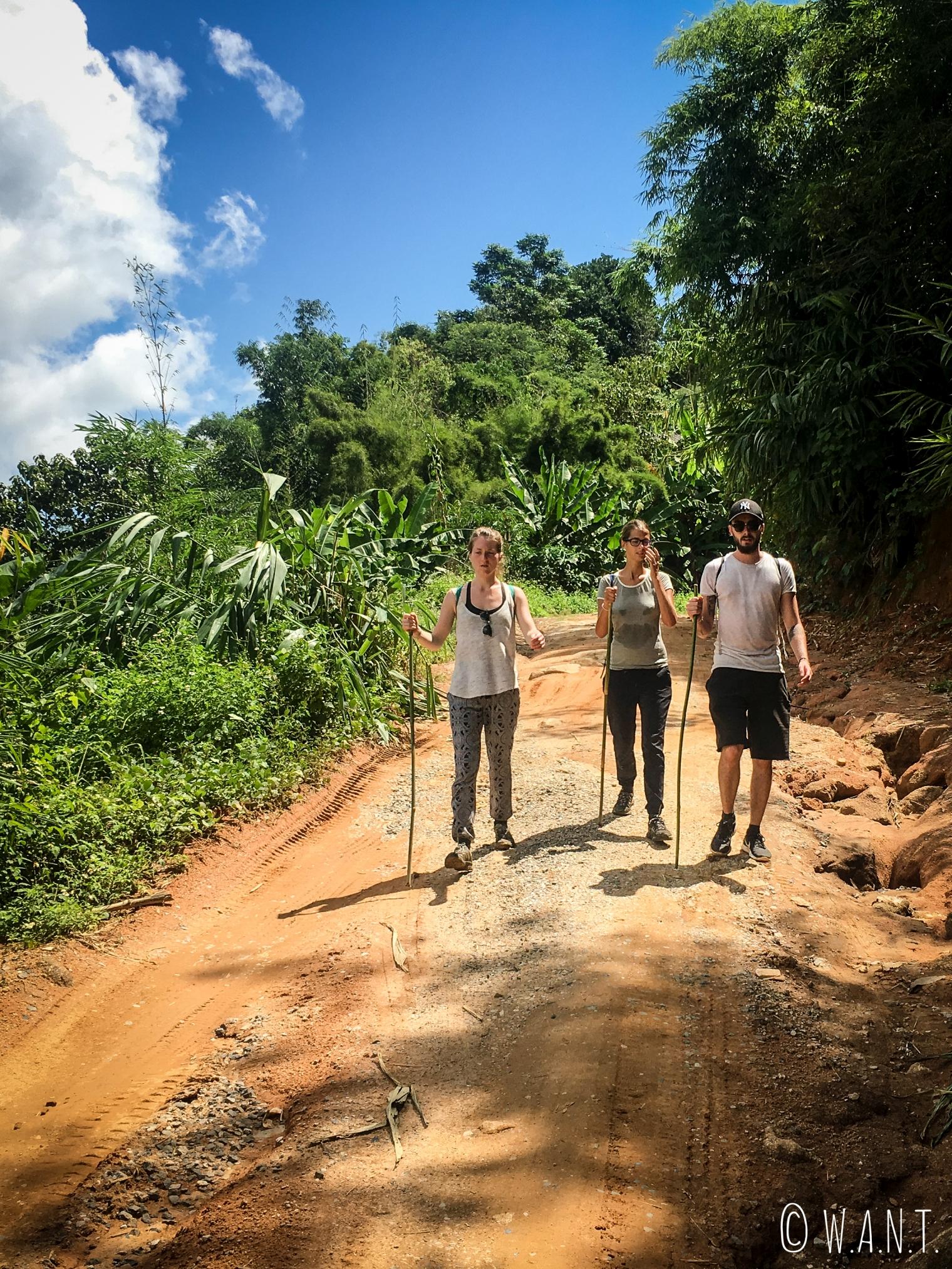 Margaux, Marion et Thomas sur le chemin du retour de notre trek à Chiang Rai