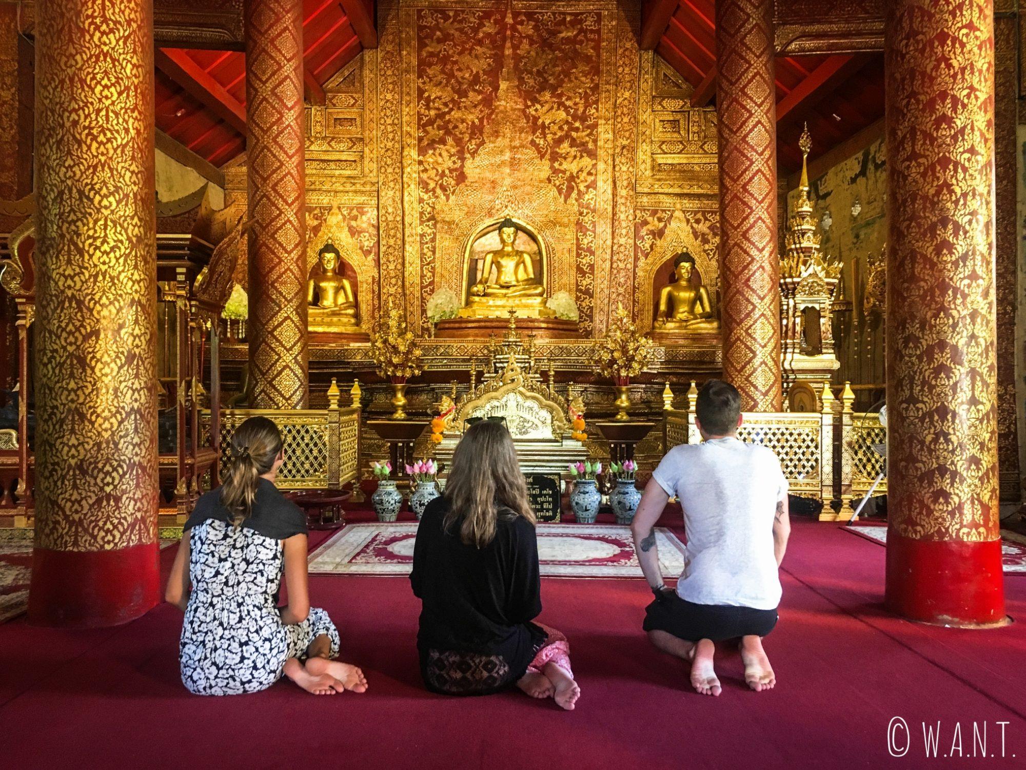 Marion, Margaux et Thomas au Wat Phra Singh de Chiang Mai