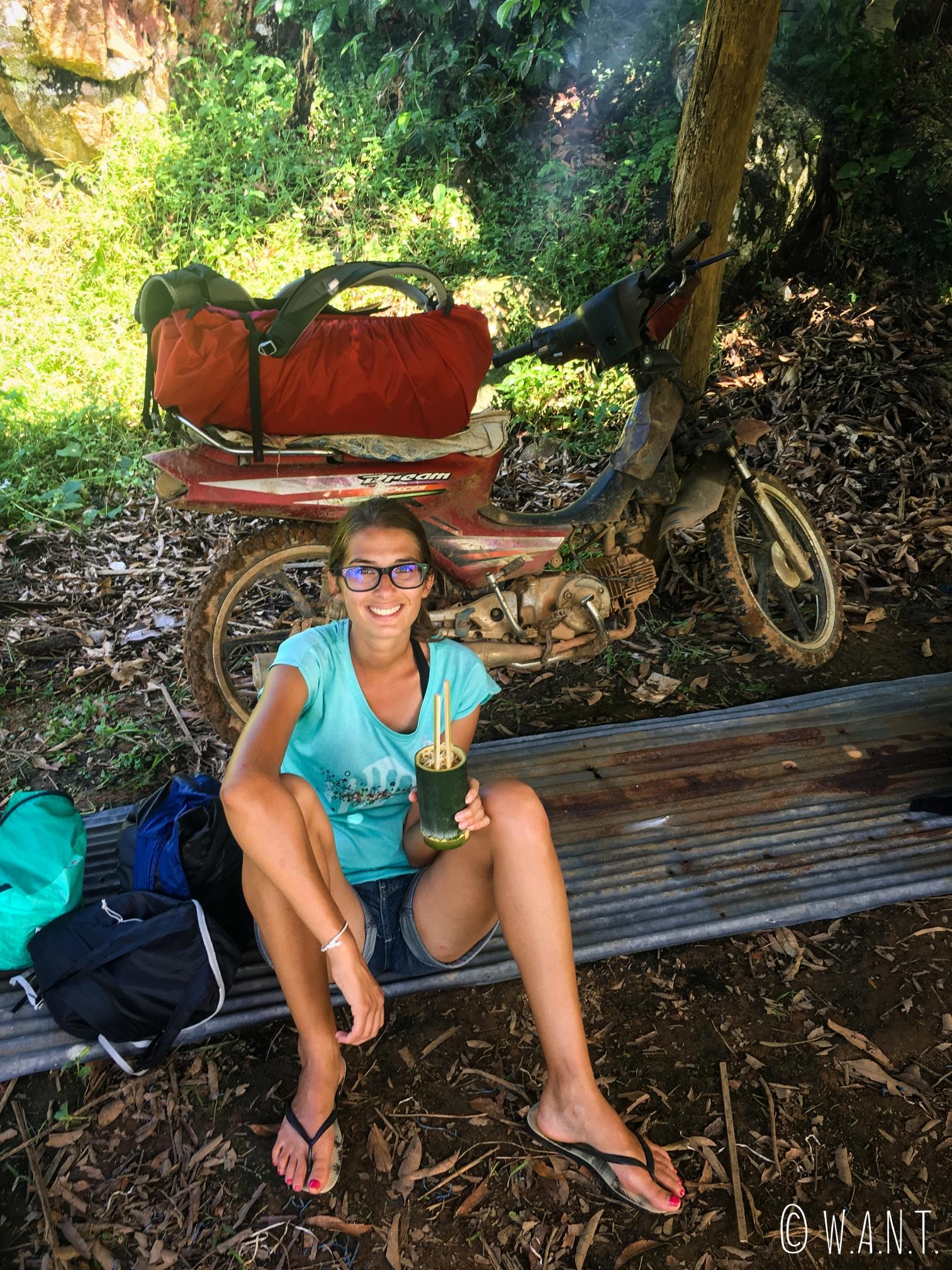 Marion est ravie de déguster son repas dans un gobelet en bambou durant notre trek
