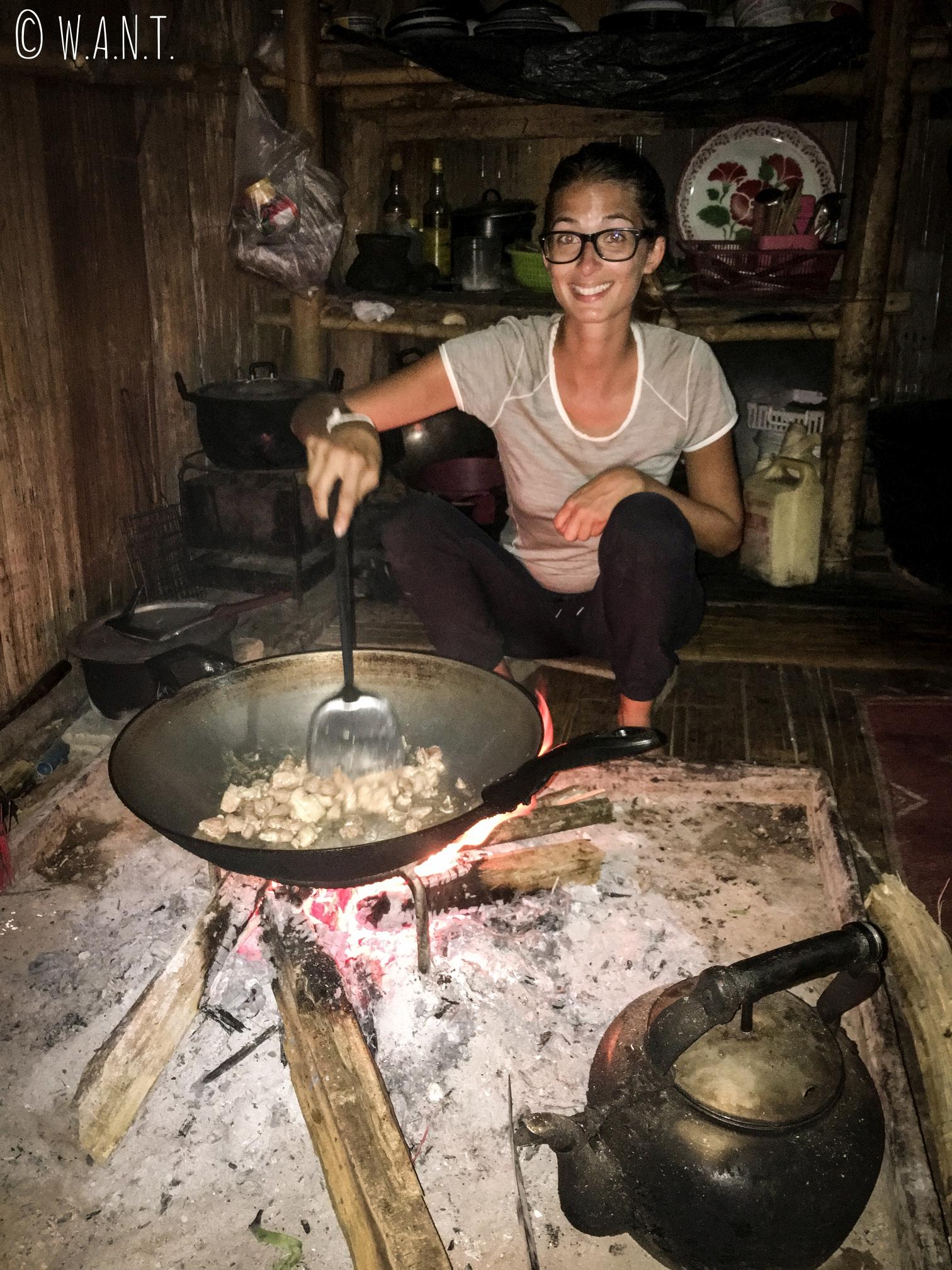 Marion s'essaye à la cuisine locale durant notre trek à Chiang Rai
