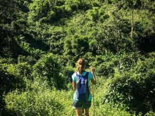 Marion sur le chemin durant notre trek à Chiang Rai