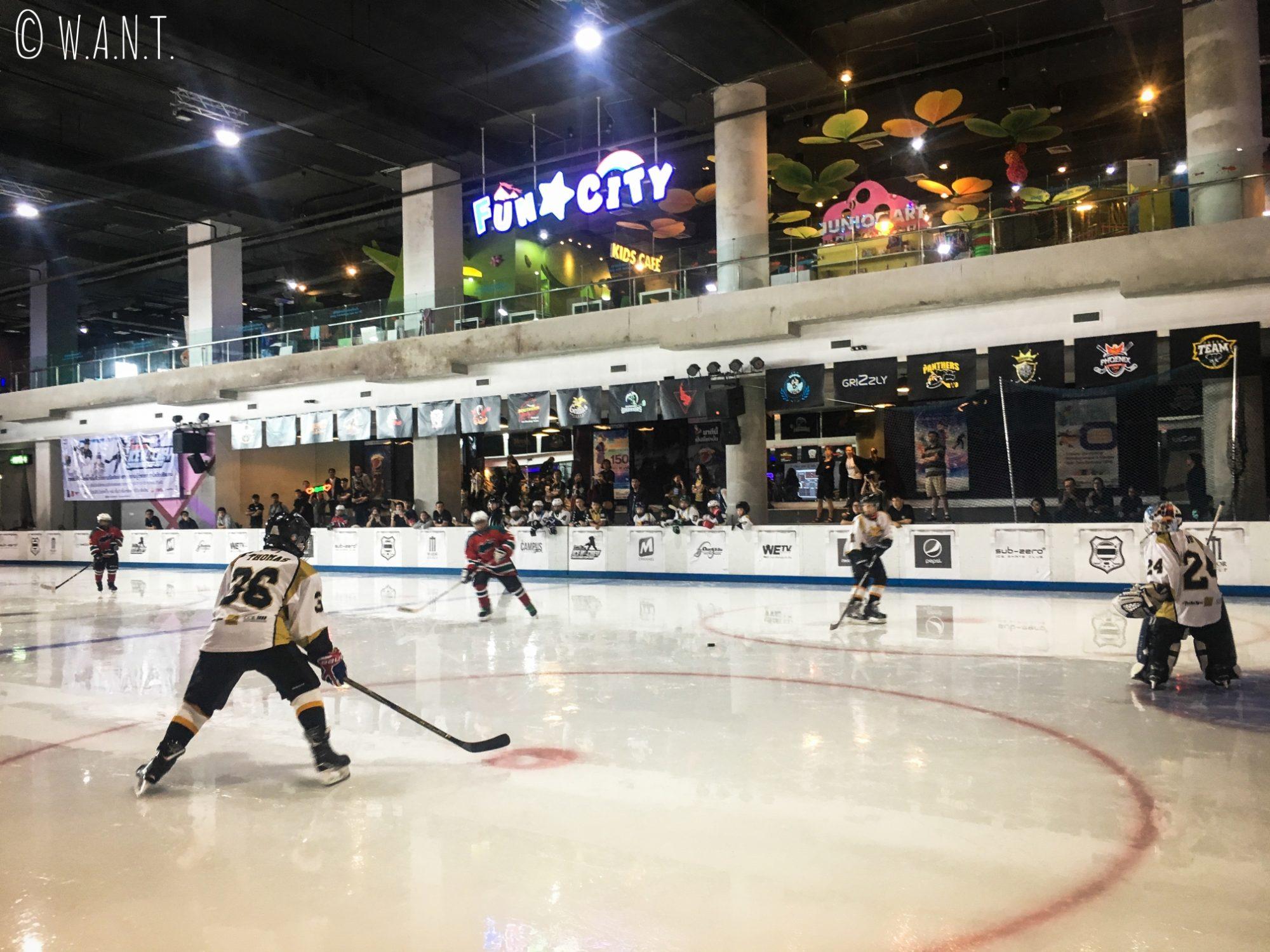 Match de hockey dans un centre commercial de Chiang Mai