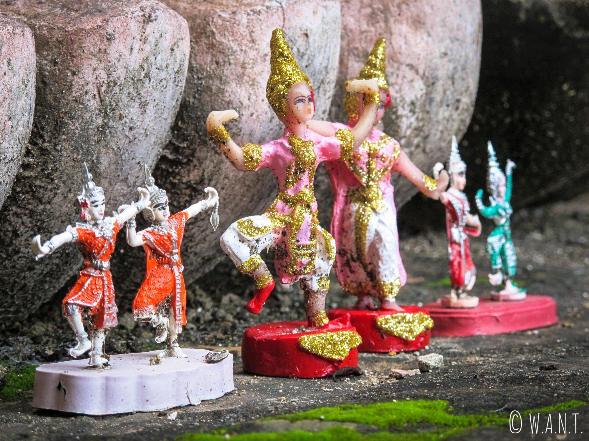Miniatures au pied du Bouddha debout du Wat Mahathat de Sukhothai
