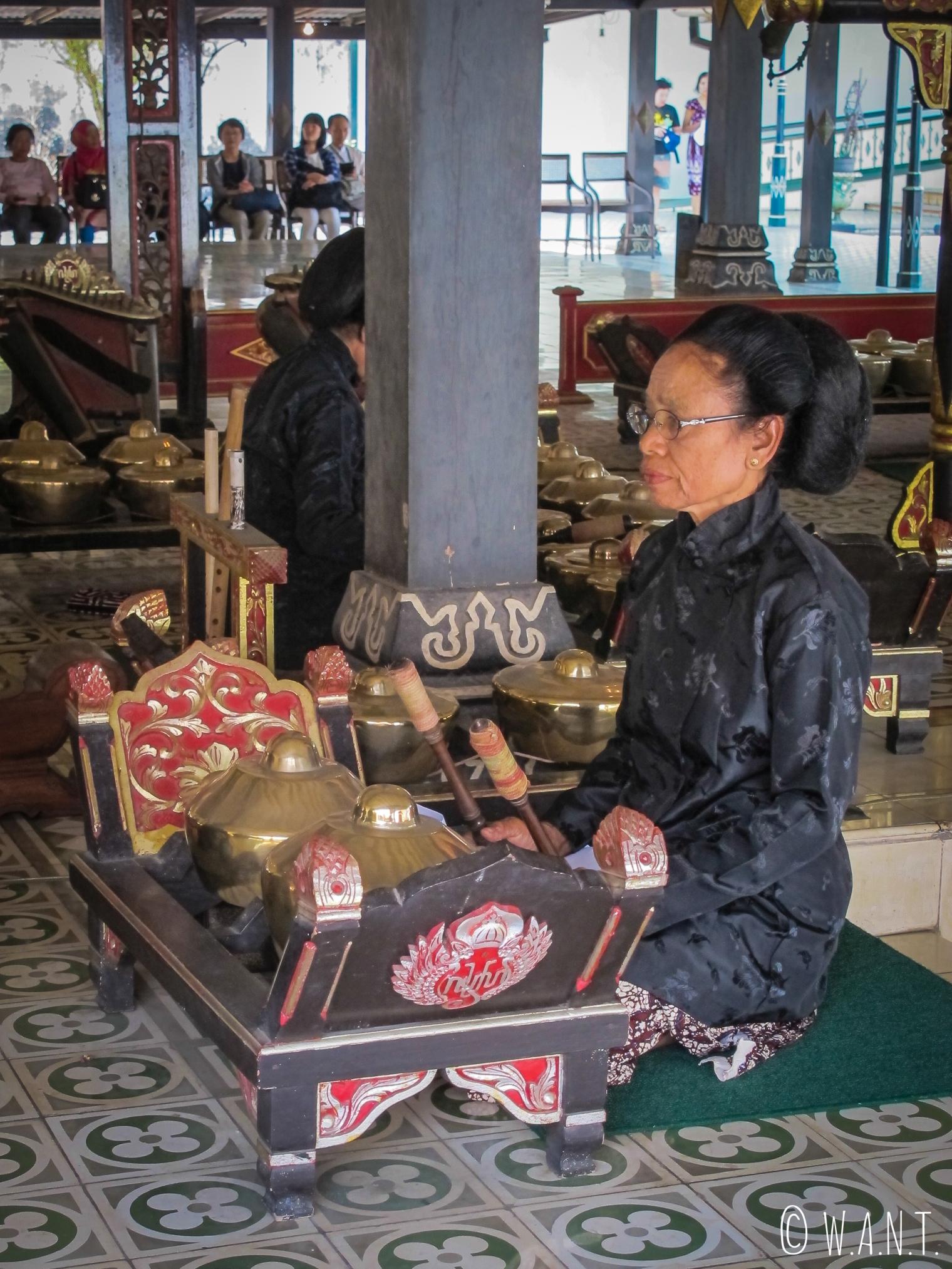 Musicienne au Palais du Sultan de Yogyakarta