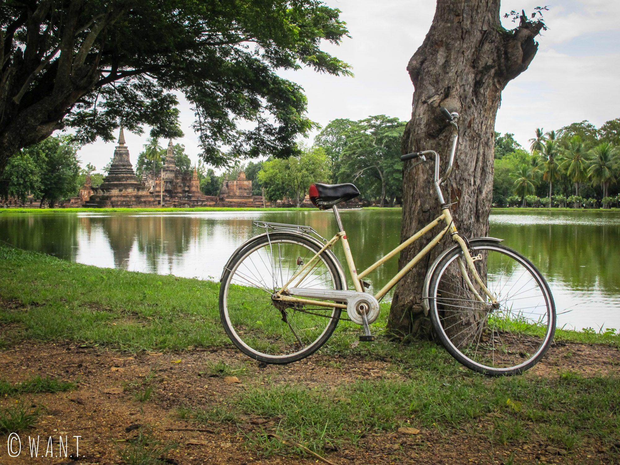 Nous avons arpenté le parc historique de Sukhothai en vélo
