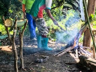 Nous avons réalisé un barbecue avec des bambous durant notre trek à Chiang Rai