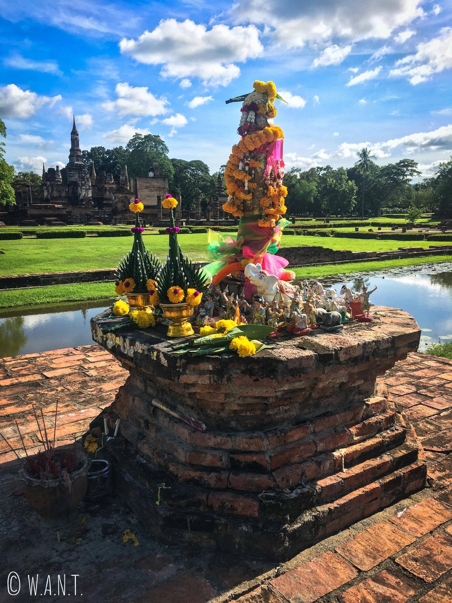 Offrandes dans le parc historique de Sukhothai