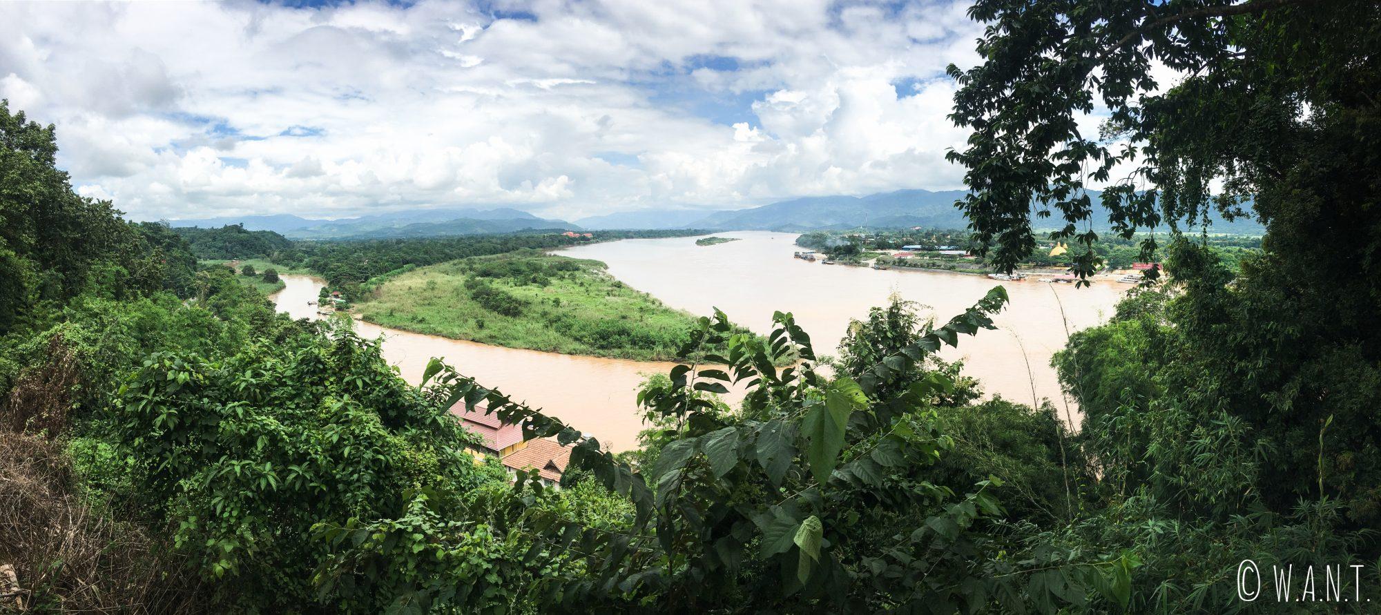 Panorama en hauteur du triangle d'or démarquant la Thaïlande, le Laos et le Myanmar