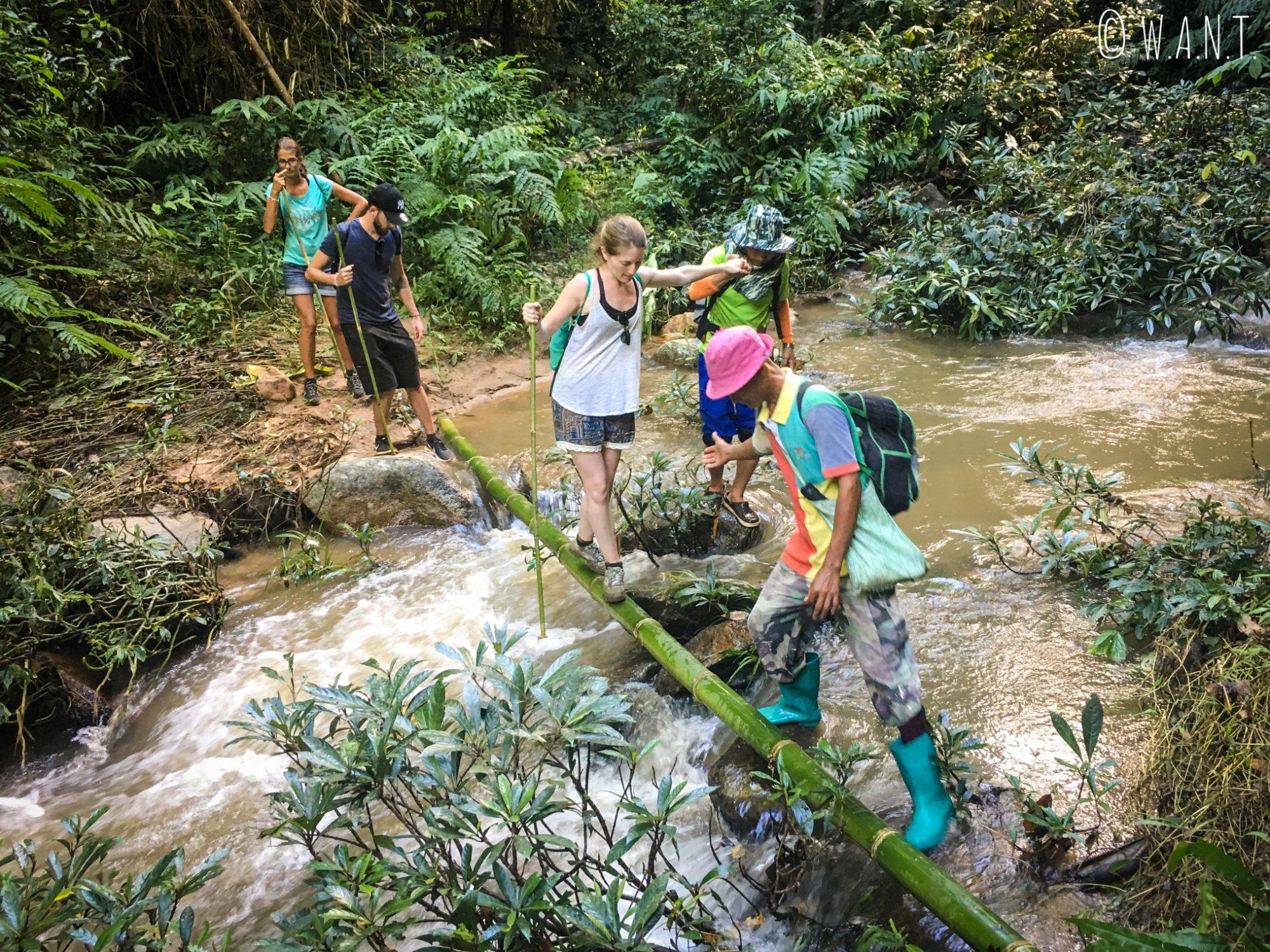 Pendant notre trek à Chiang Rai, nous avons dû traverser la rivière sur du bambou
