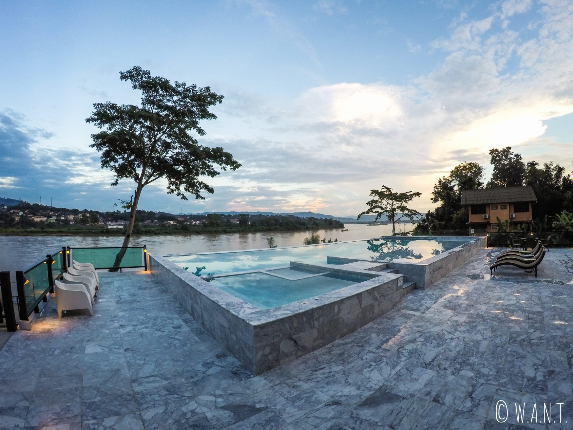 Chiang khong aux portes du triangle d or we are not trees for Piscine a debordement thailande