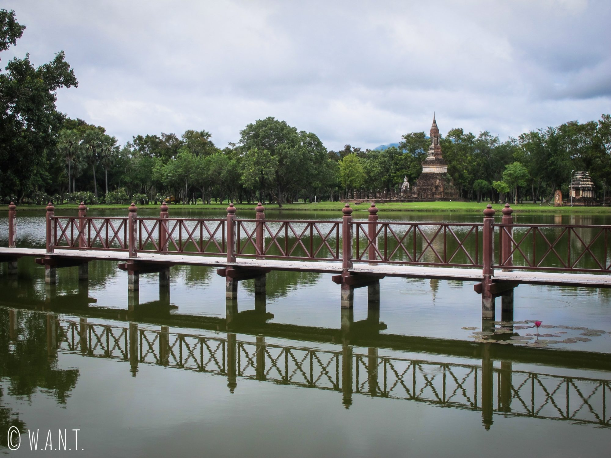 Pont dans la zone centrale du parc historique de Sukhothai