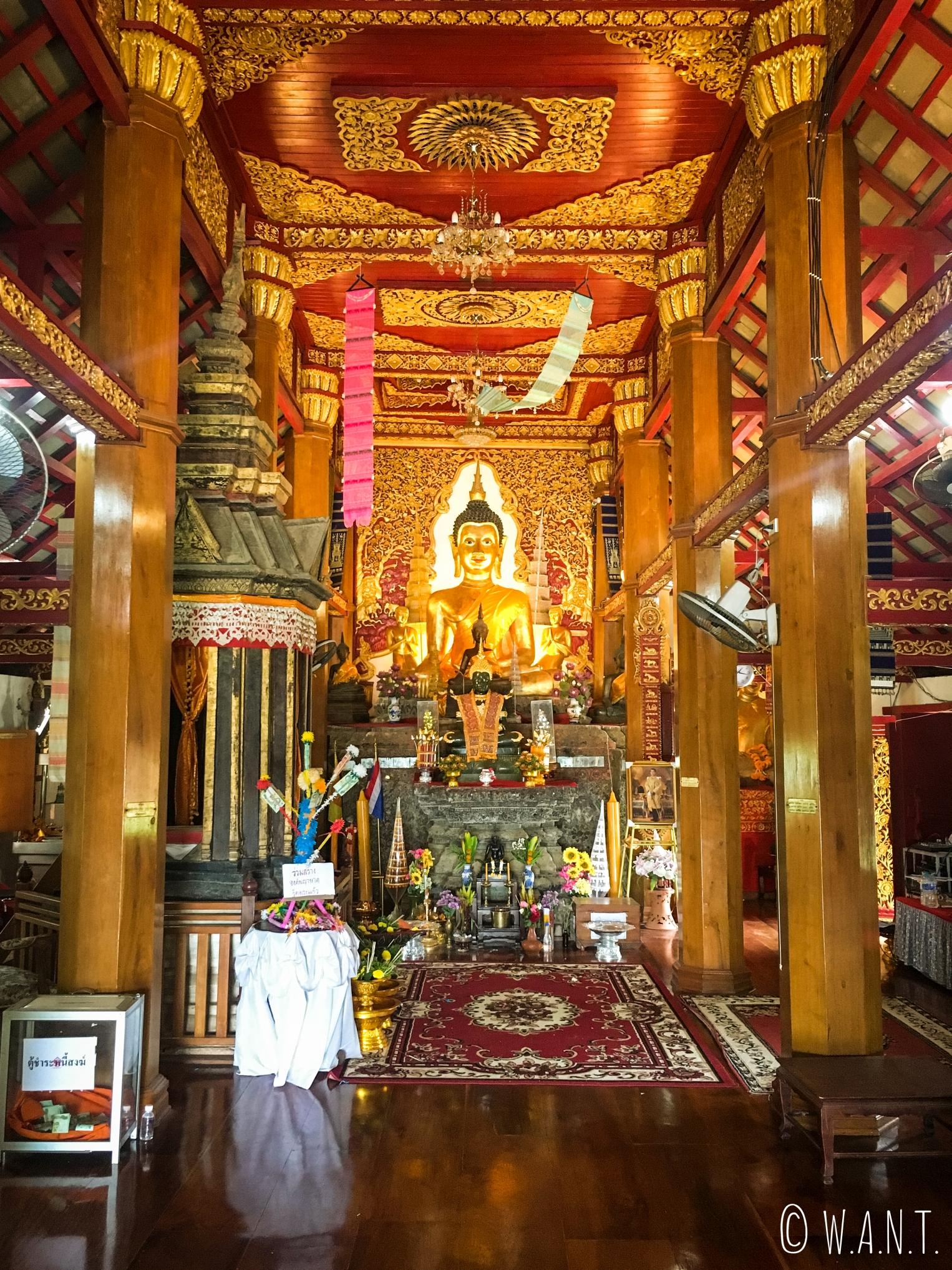 Représentation de Bouddha à l'intérieur du Wat Phra Kaew de Chiang Khong