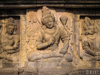 Représentations de Bouddha sur les bas-reliefs de Prambanan