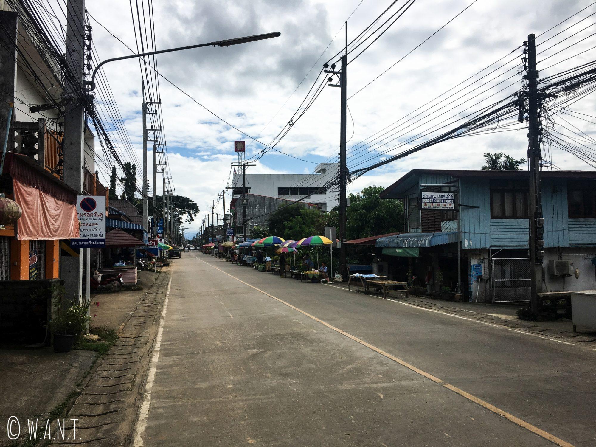 Rue principale déserte de Chiang Khong