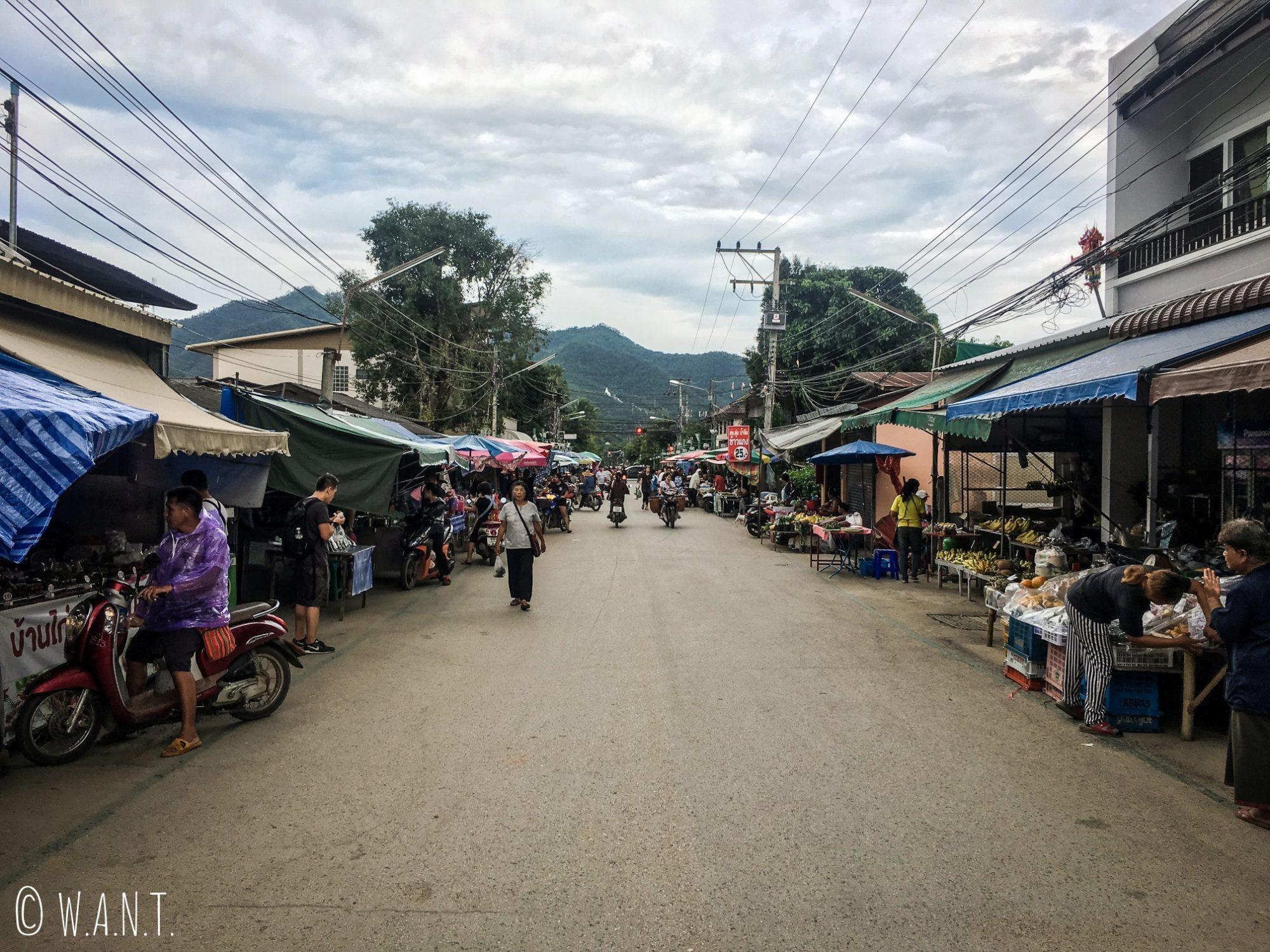 Marché dans la rue principale de Pai en pleine journée