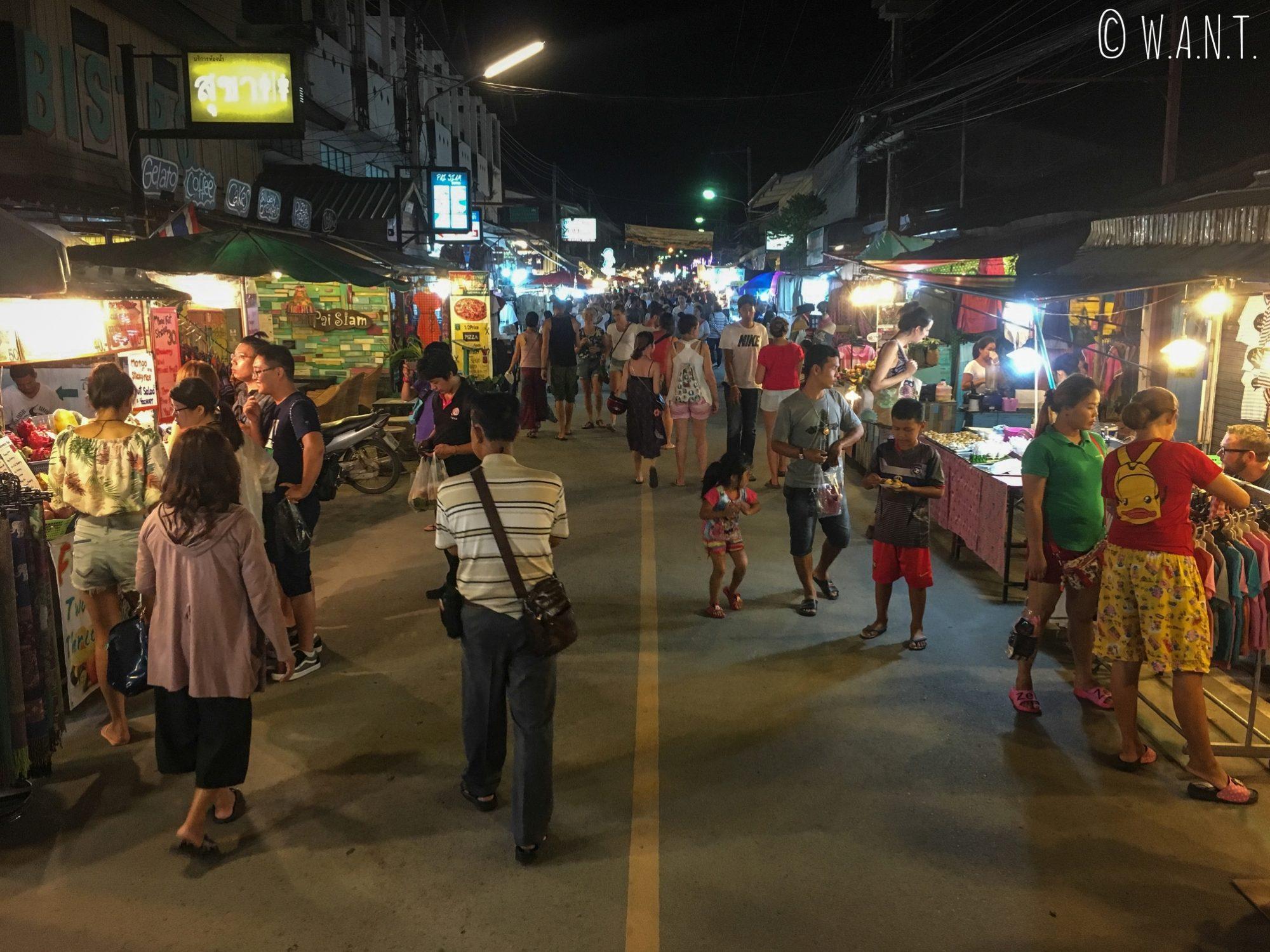 Rue principale de Pai, transformée en rue piétonne pour le marché de nuit