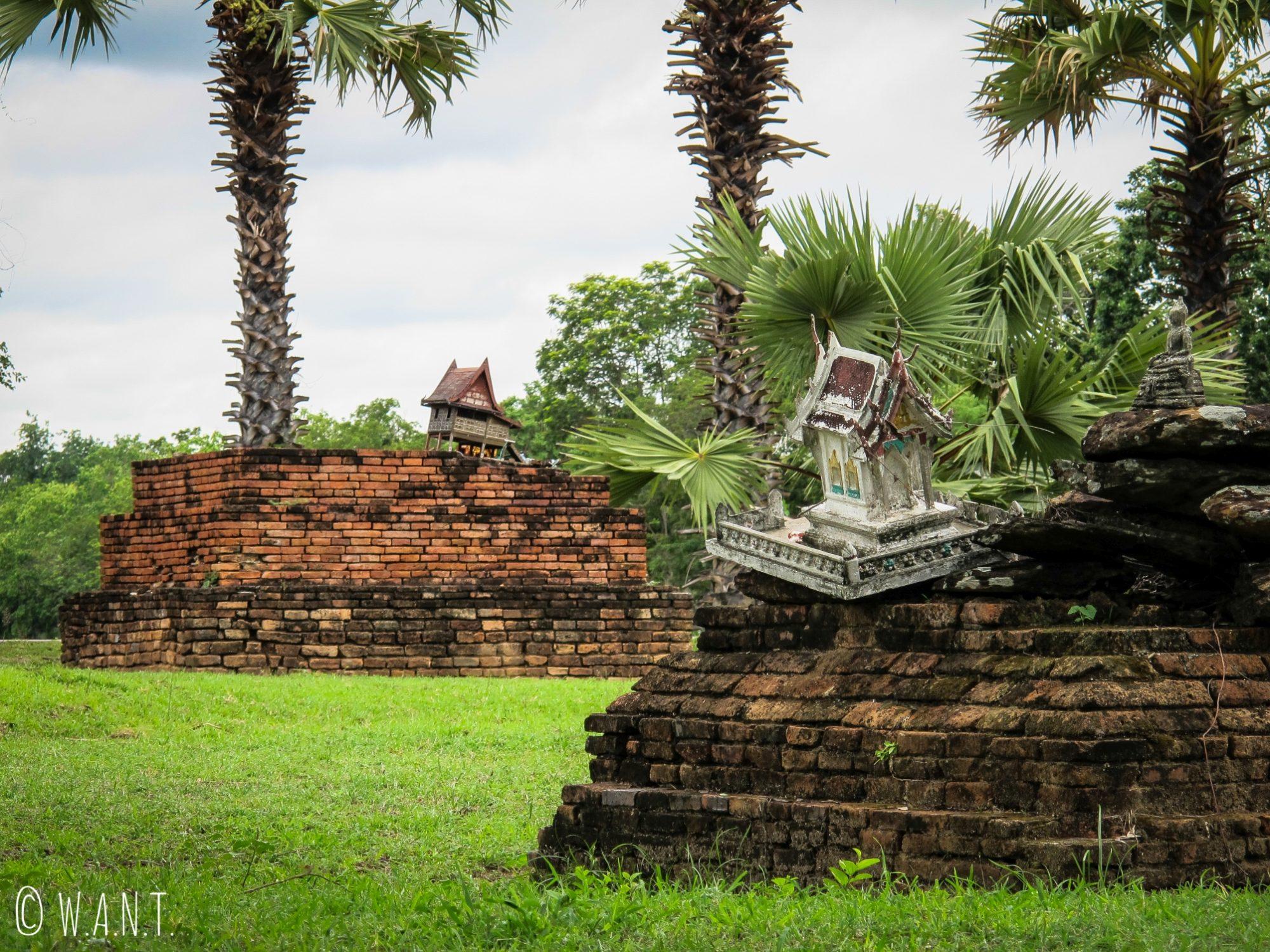 Ruines et maisons aux esprits à Sukhothai