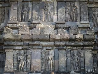Sculptures sur les murs du temple de Prambanan
