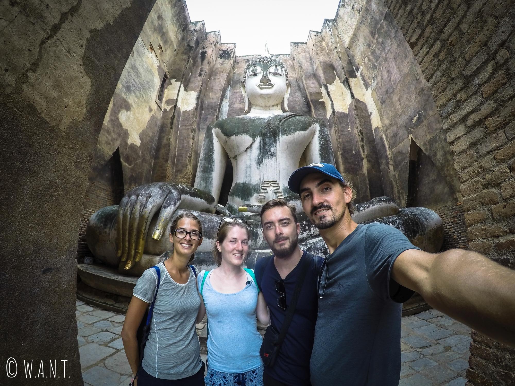 Selfie devant le Wat Si Chum de Sukhothai
