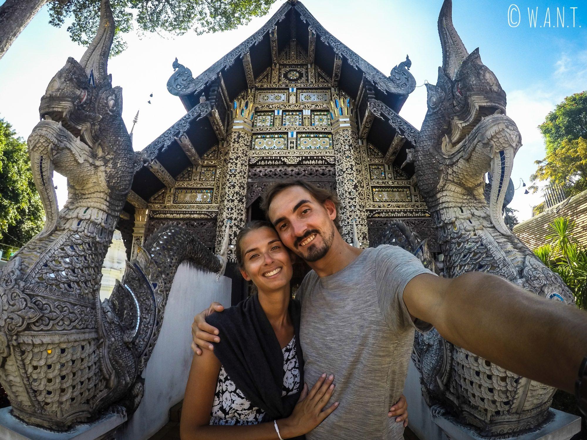 Selfie devant l'un des temples secondaires du Wat Chedi Luang de Chiang Mai