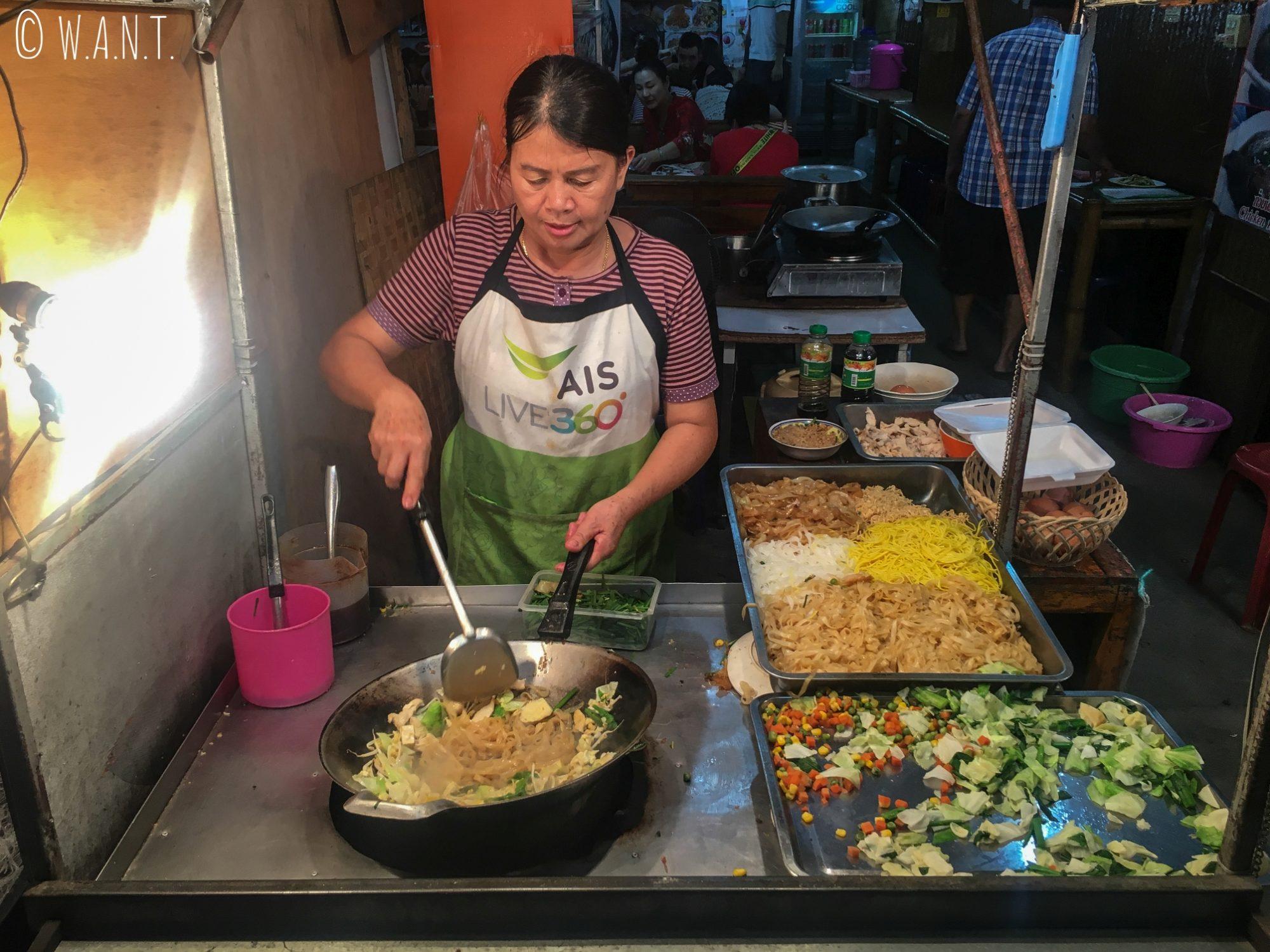Stand de Pad Thaï dans les rues de Pai à la nuit tombée