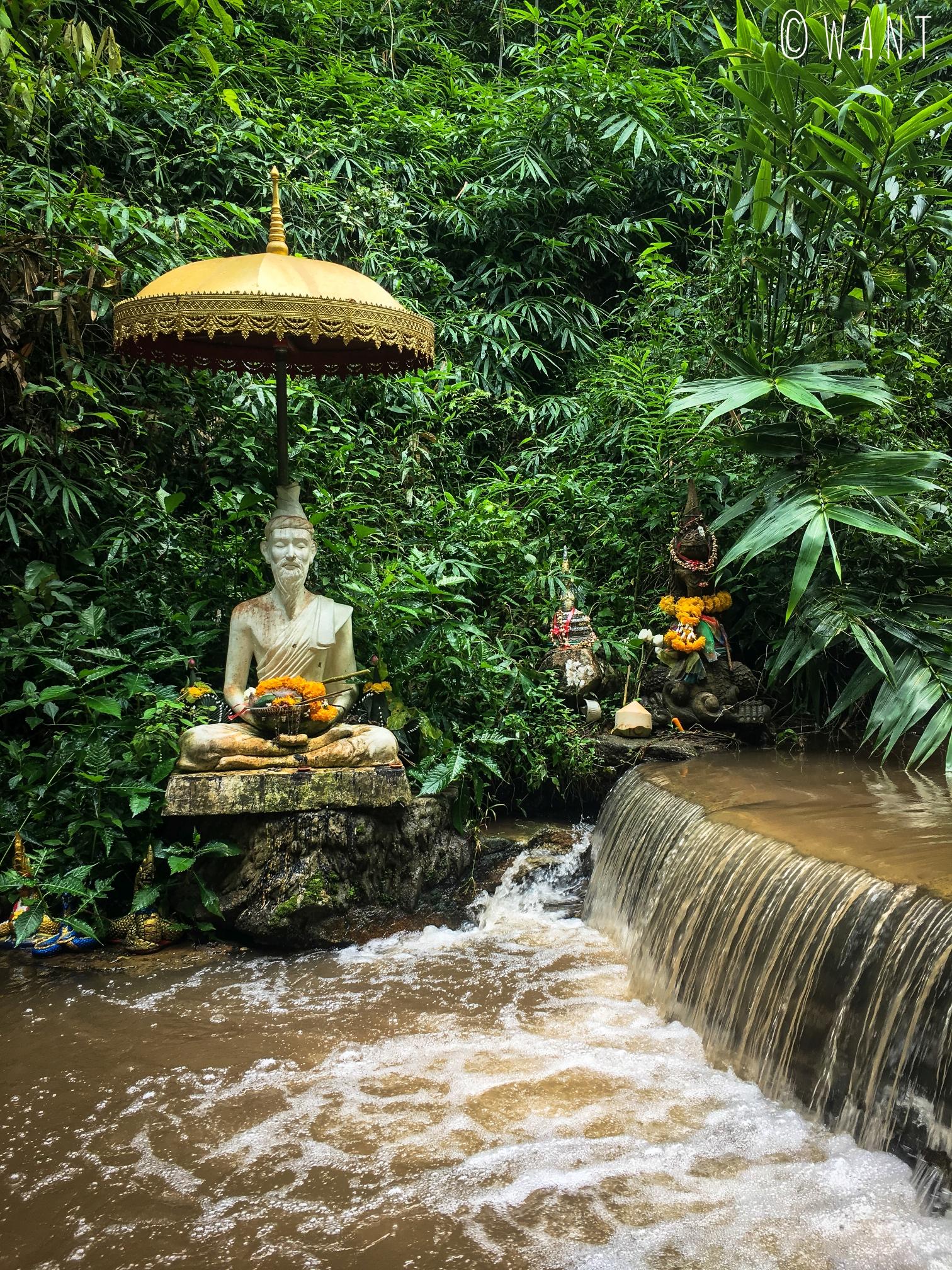 Statue au bord de la cascade du Wat Pha Lad à Chiang Mai