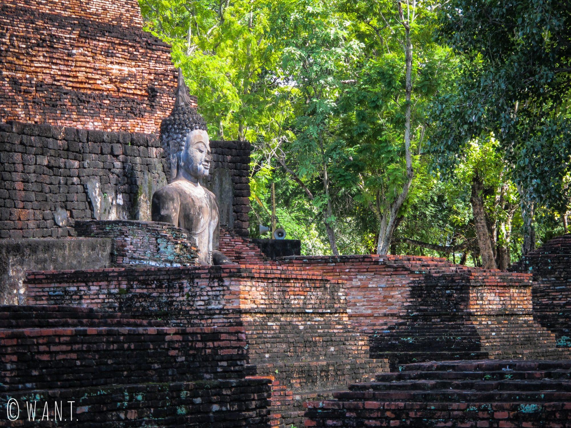 Statue de Bouddha au cœur du Wat Mahathat à Sukhothai