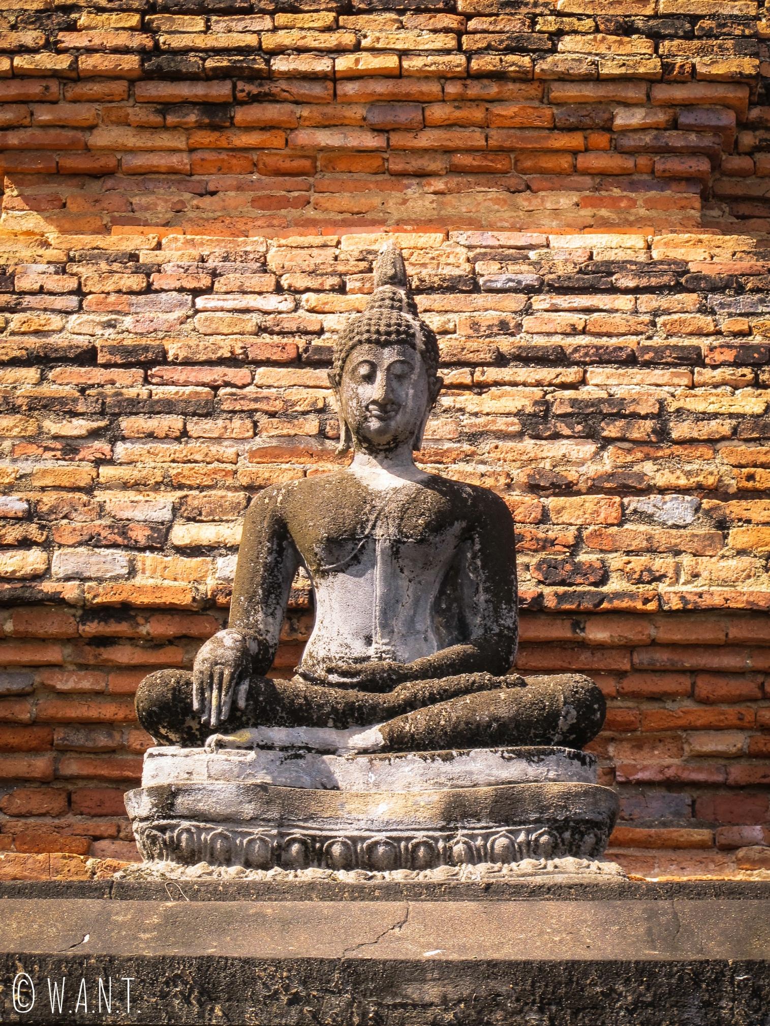 Statue de Bouddha dans la zone ouest de Sukhothai