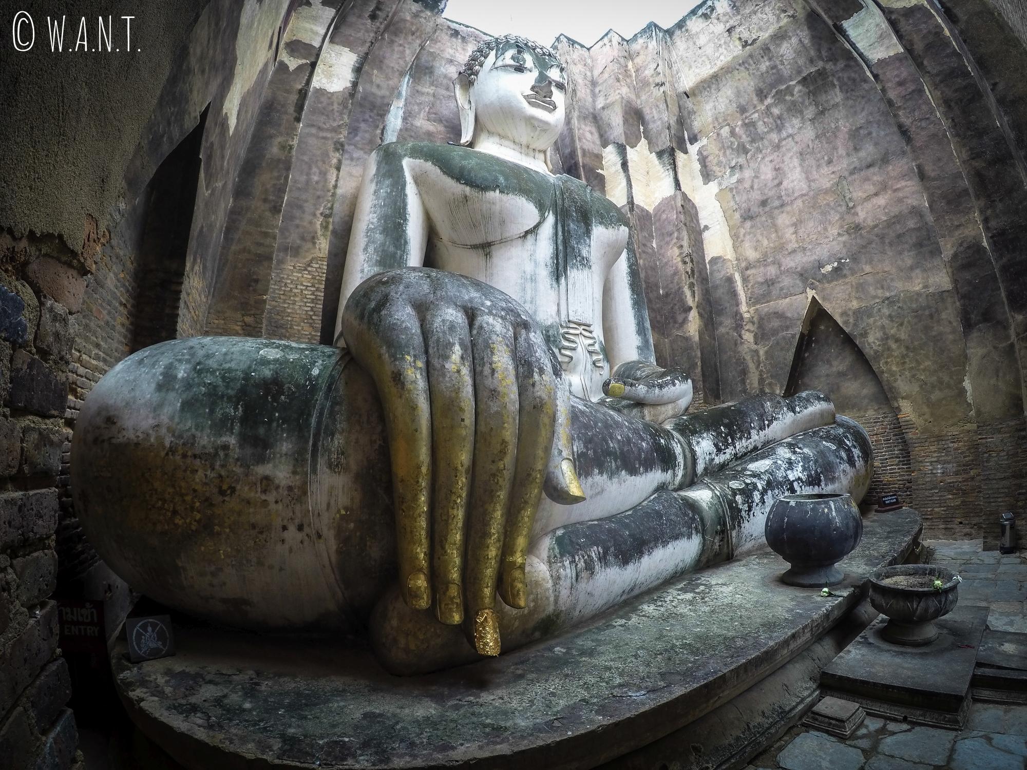 Statue du Wat Si Chum au parc national de Sukhothai