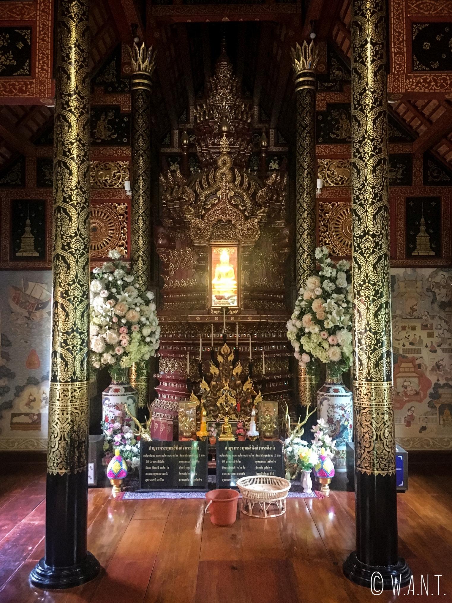 Statue miniature de Bouddha à l'intérieur du Wat Phra Singha à Chiang Rai
