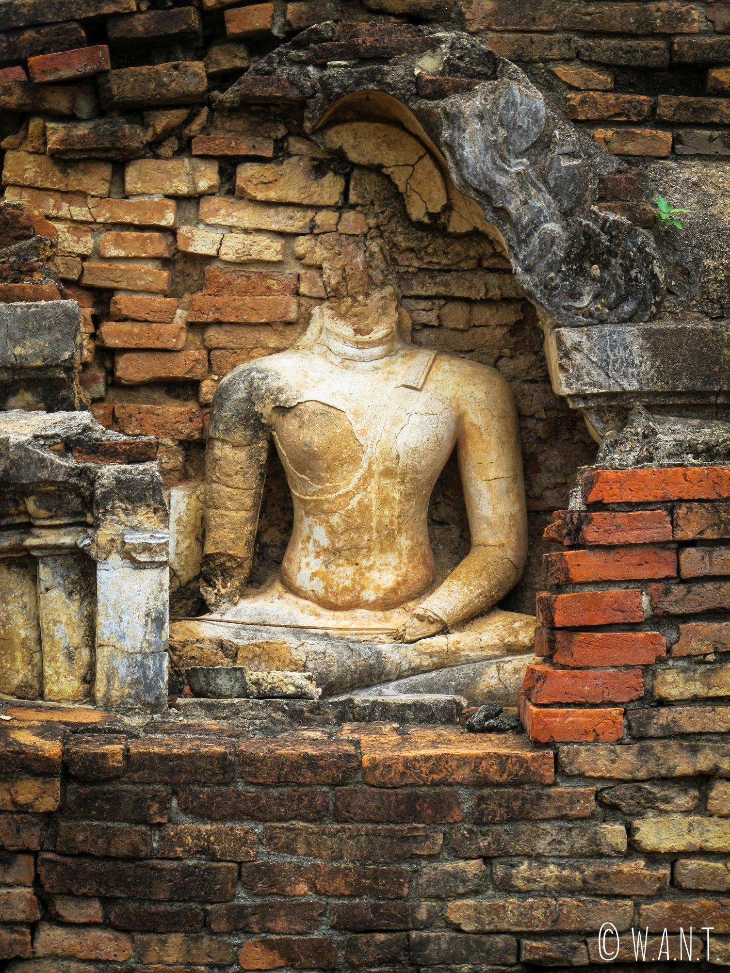 Statues de Bouddha à la tête coupée au Wat Phra Phai Luang de Sukhothai