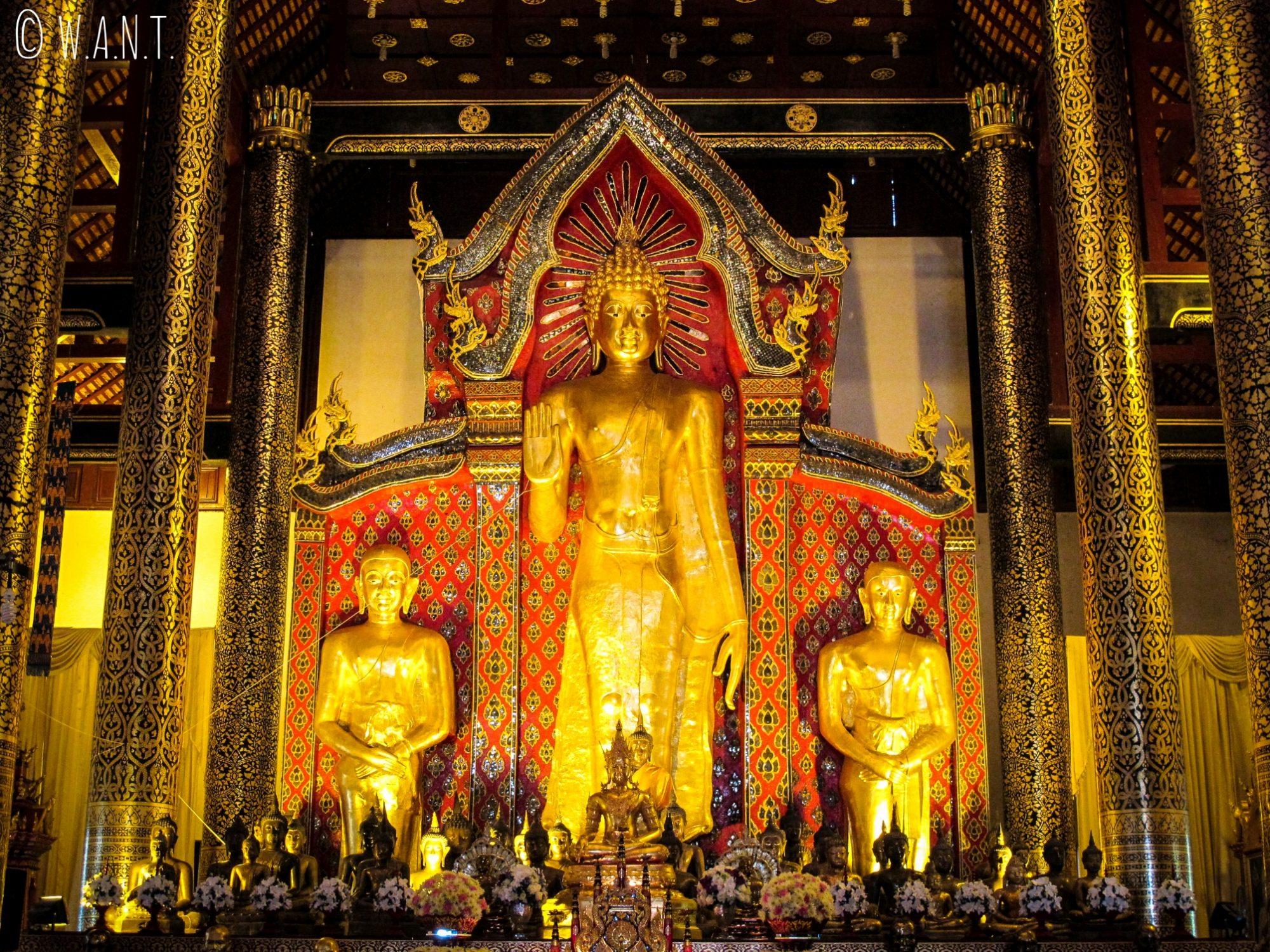 Statues de Bouddha à l'intérieur du Wat Chedi Luang de Chiang Mai