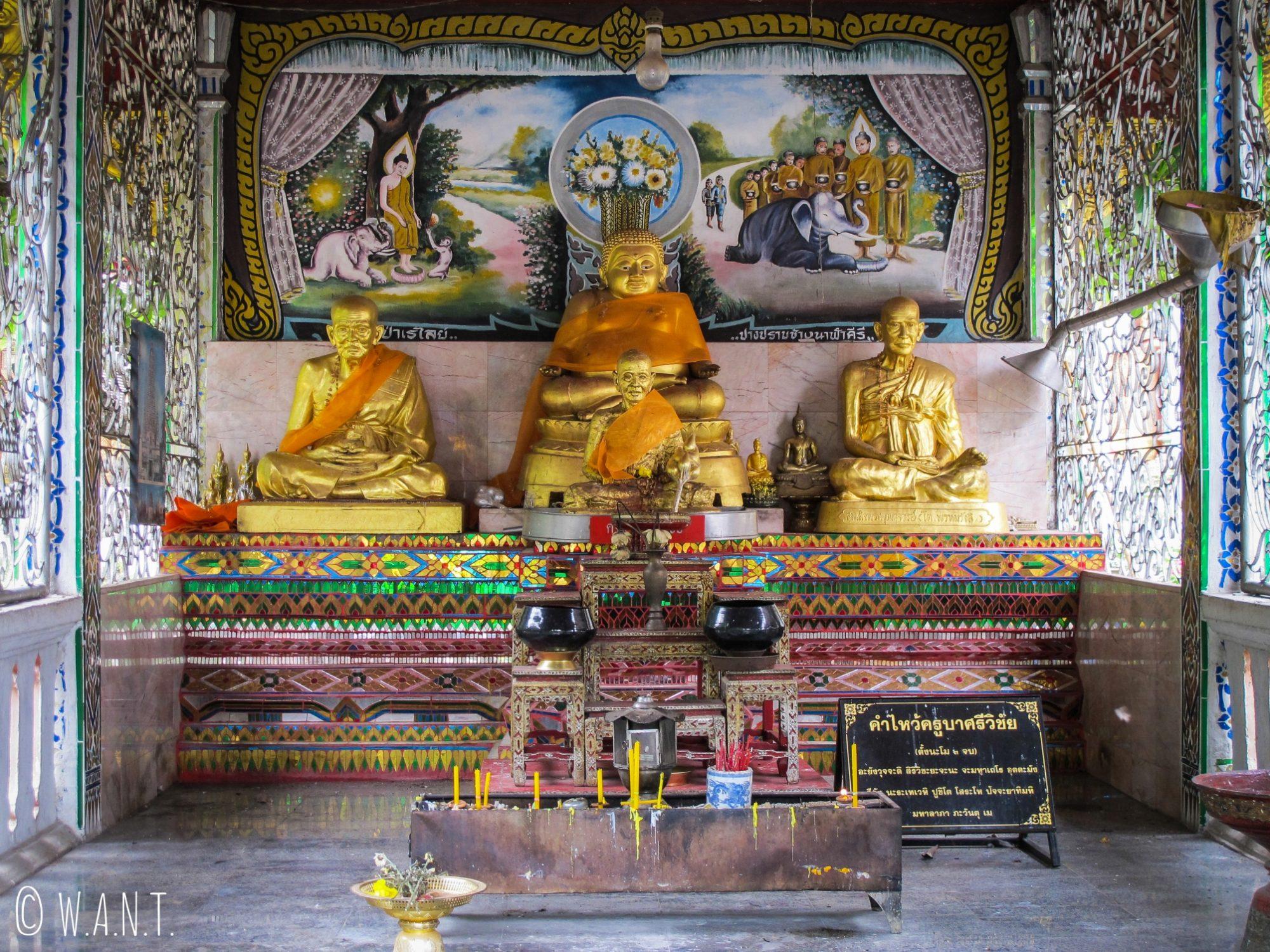 Statues de Bouddha et de moines au Wat Chiang Man de Chiang Mai