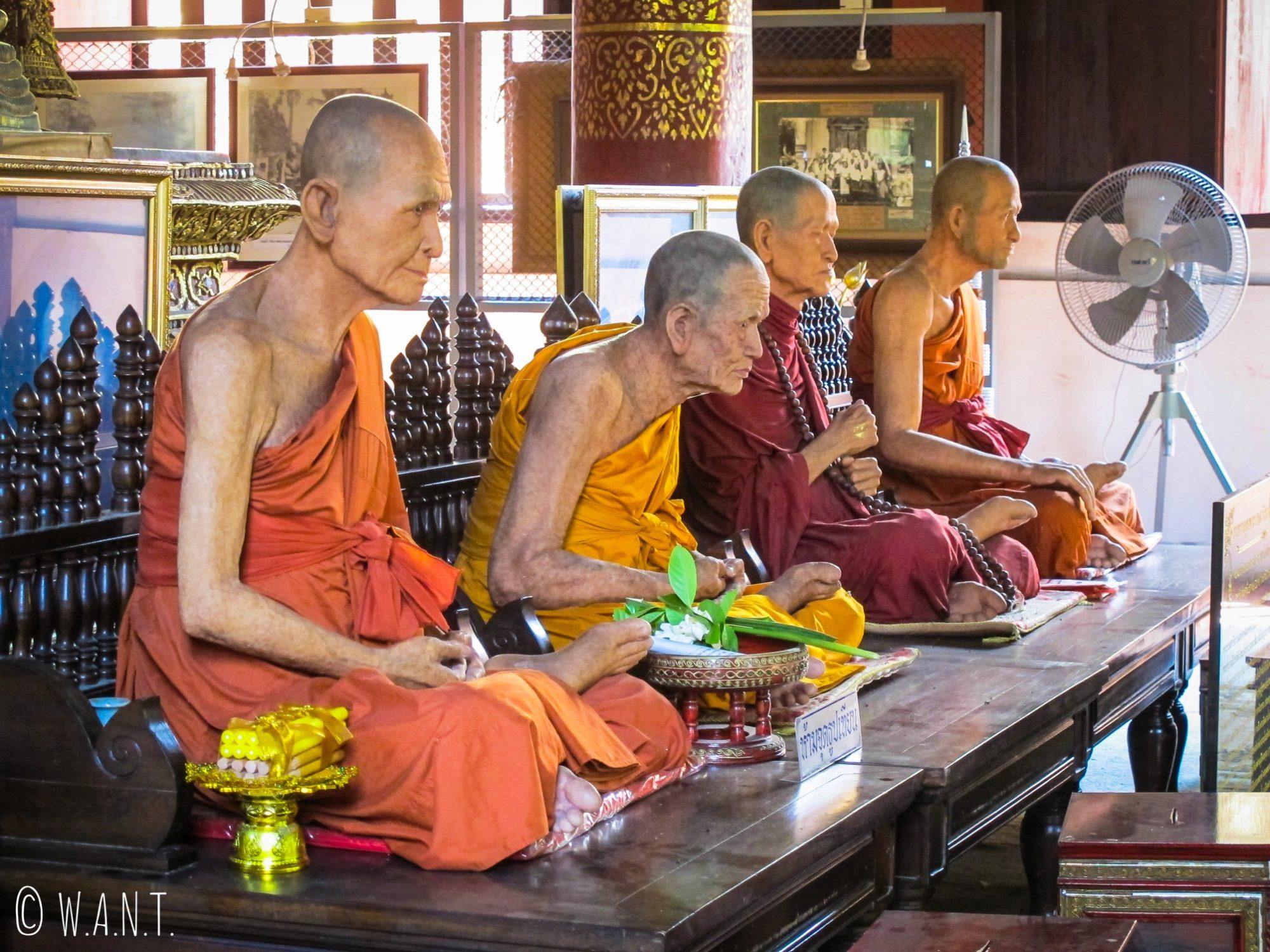 Statues de moines au Wat Phra Singh de Chiang Mai