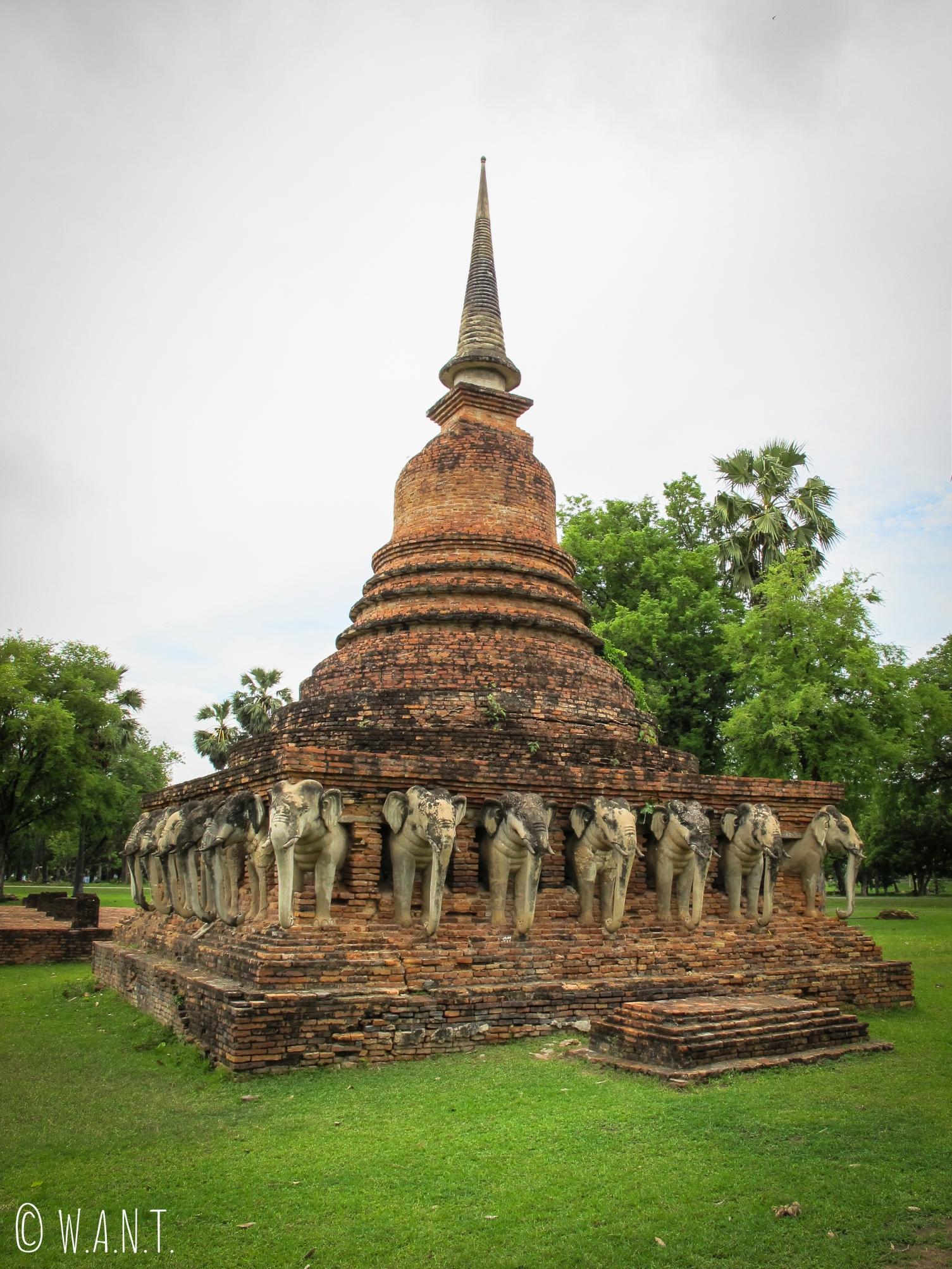 Stupa avec des statues d'éléphants en direction de la zone nord de Sukhothai