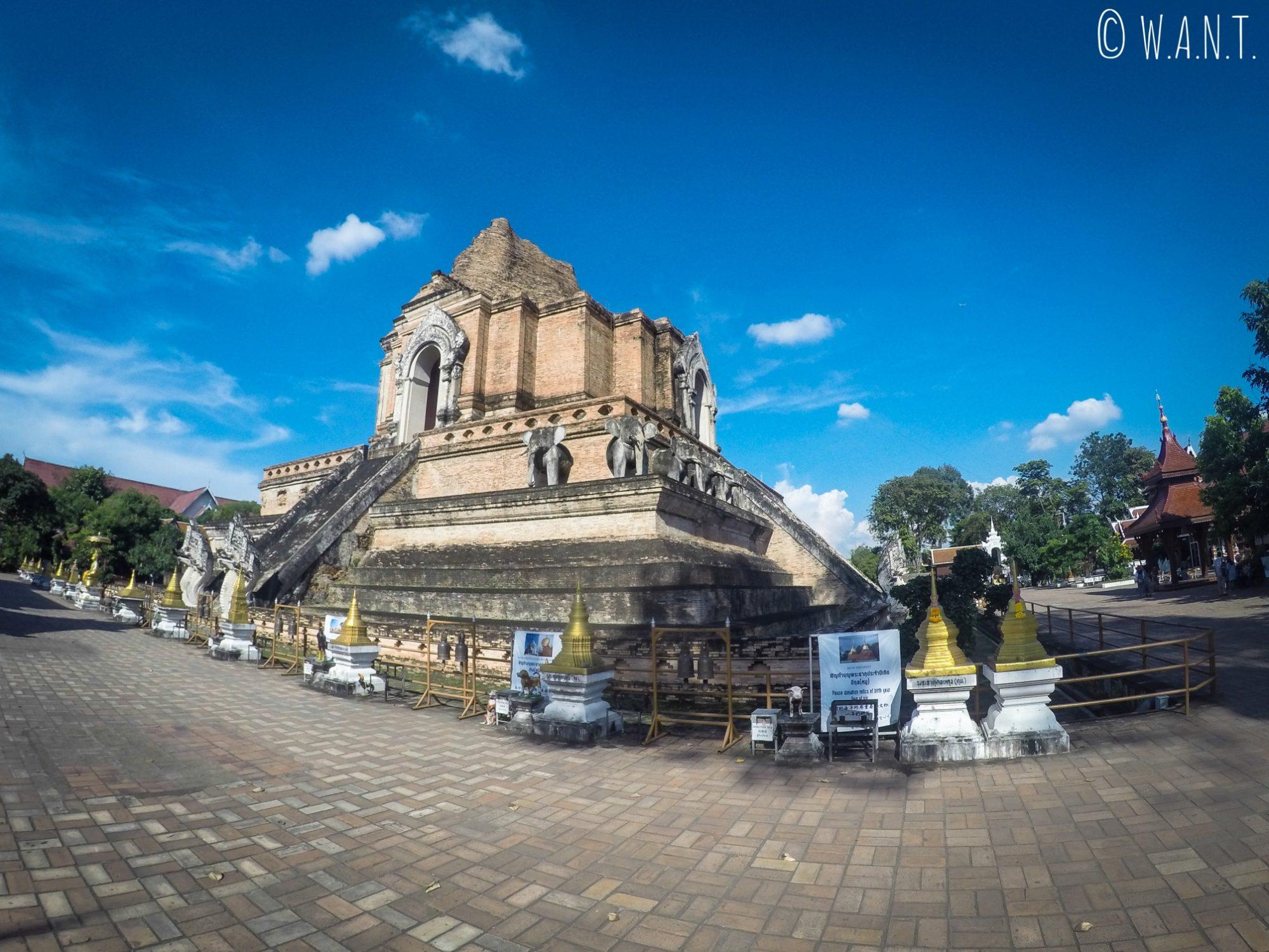 Stupa en pierres du Wat Chedi Luang de Chiang Mai