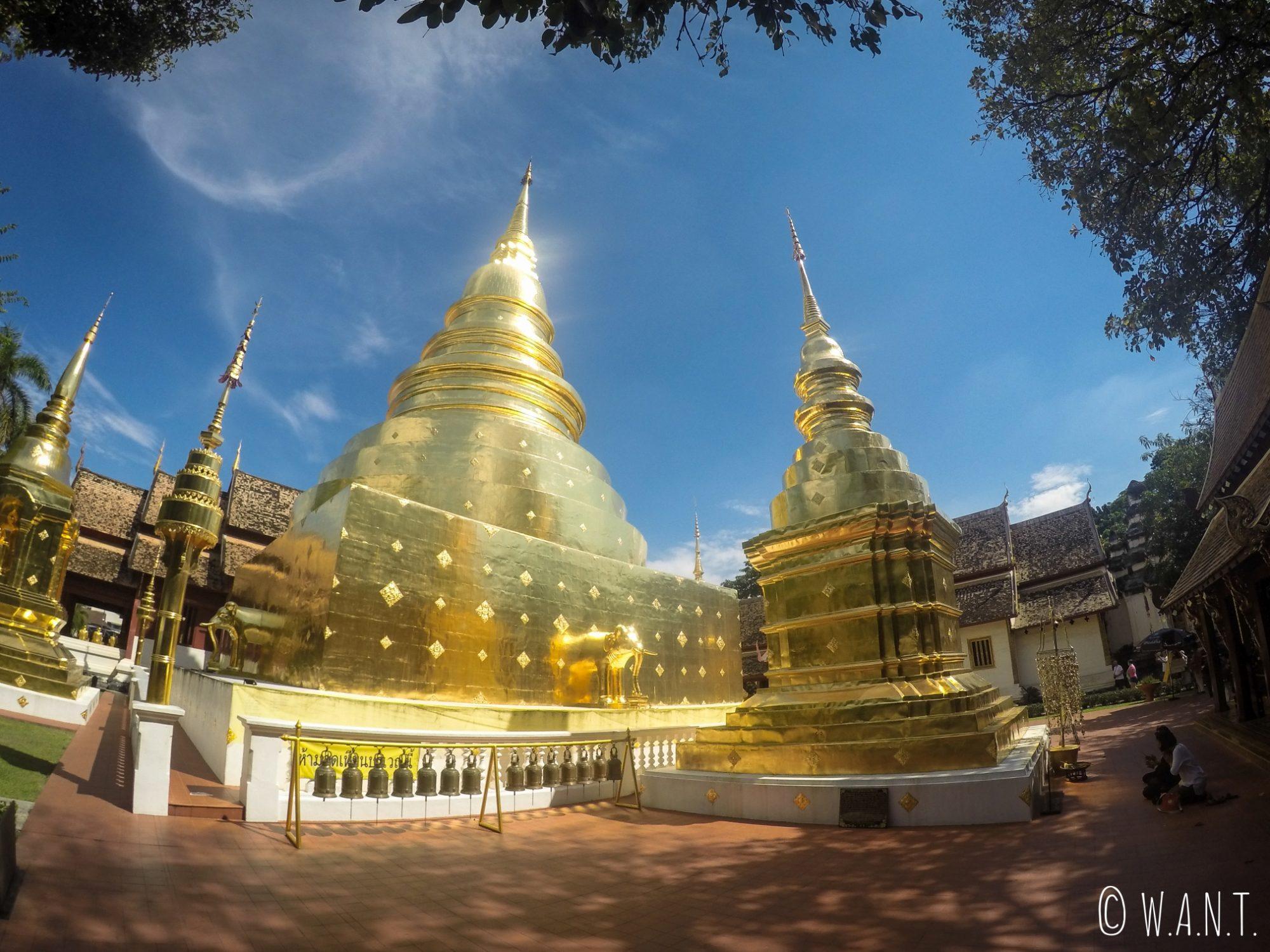 Stupas dorés du Wat Phra Singh à Chiang Mai