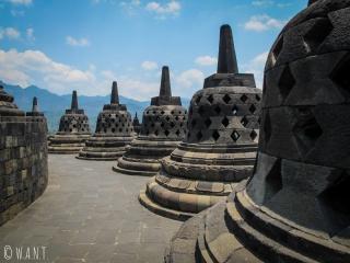 Stupas en forme de cloche au temple de Borobudur
