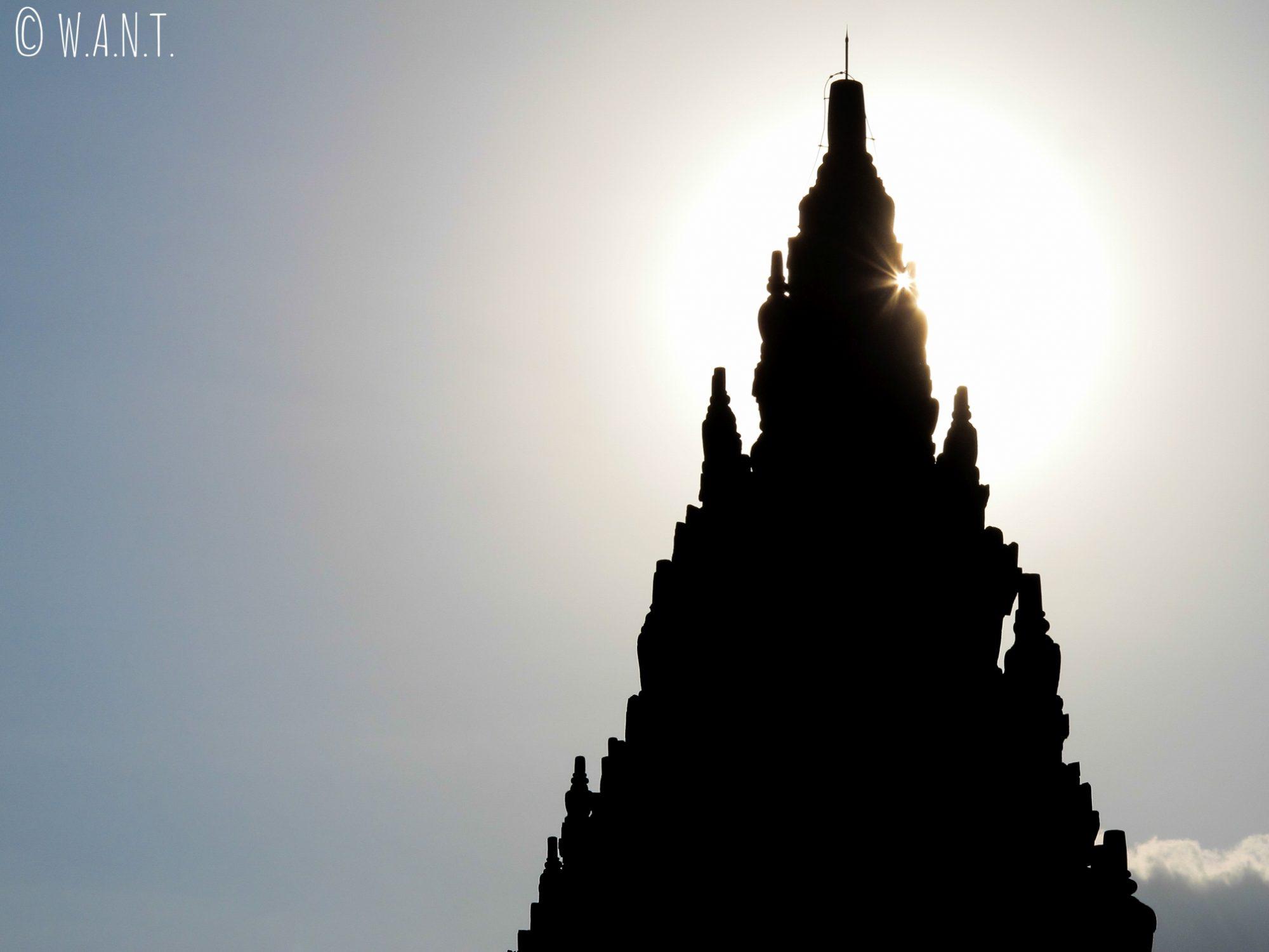 Toit d'un des temple de Prambanan à la lumière de la fin d'après-midi