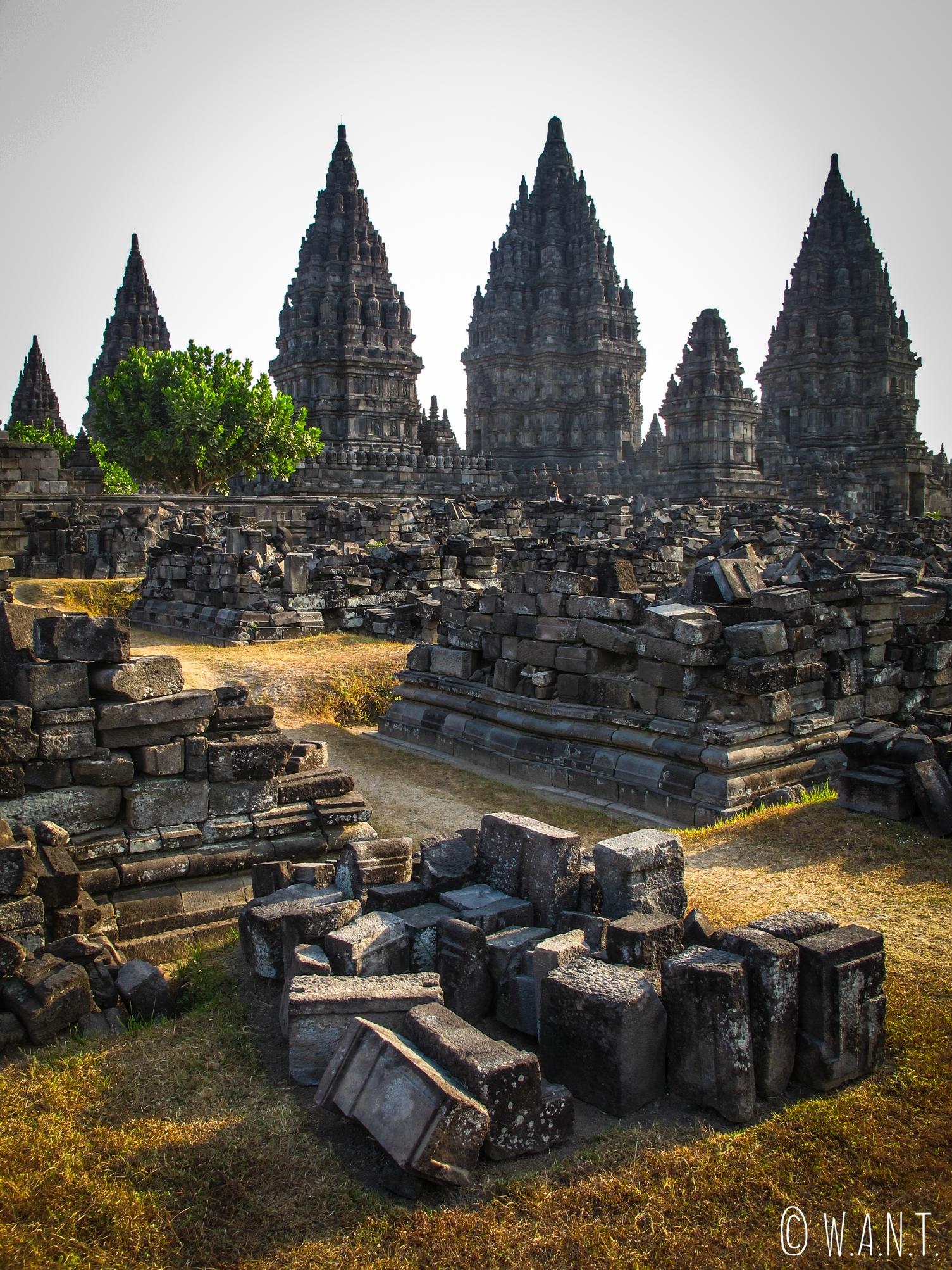 Une majorité des temples de l'ensemble de Prambanan ont été détruits